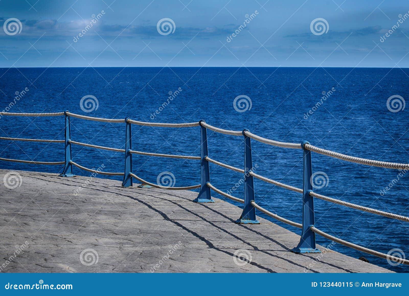 Detalj av den Roped barriären för havsvägg