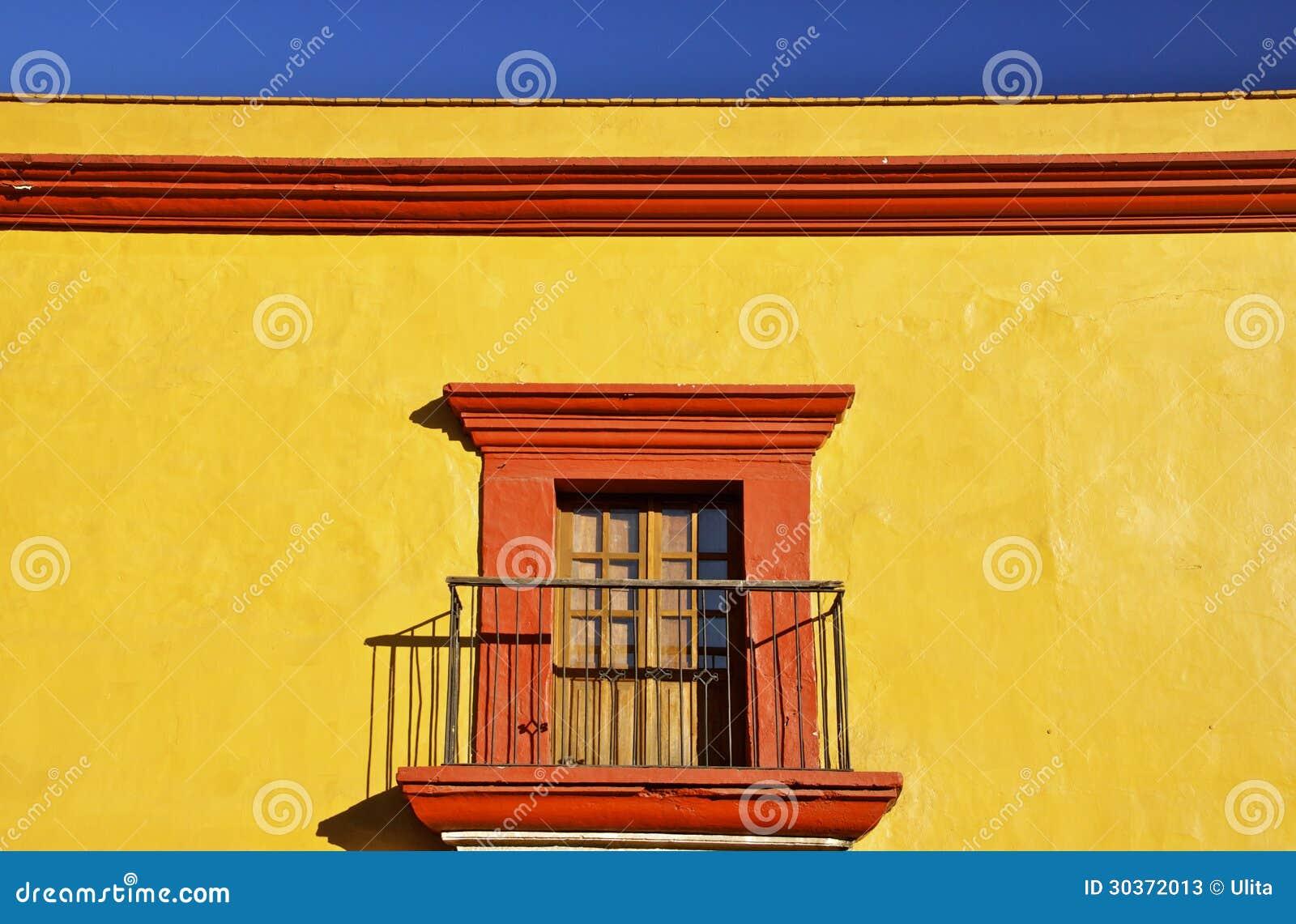 Detalj av det gula mexicanska koloniala huset