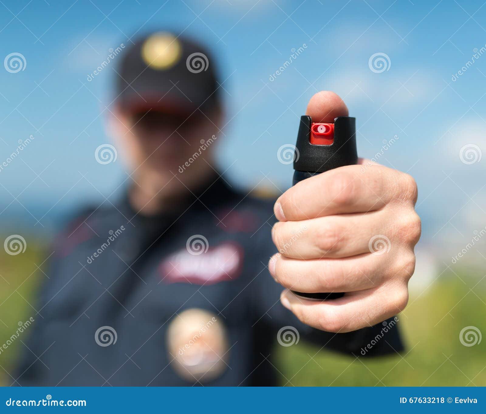 Detalj av en hållande pepparsprej för polis