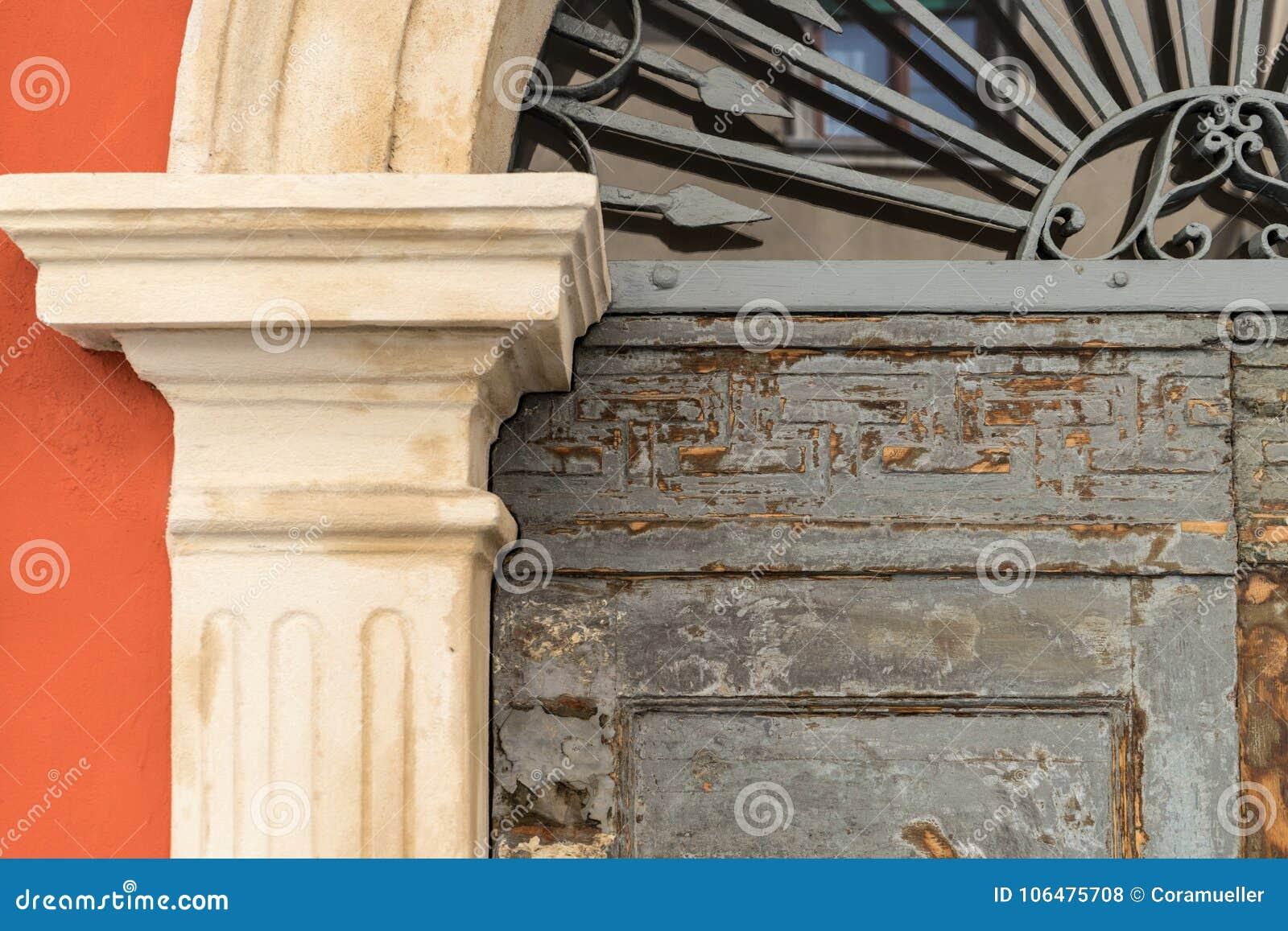 Detalj av en historisk dörr