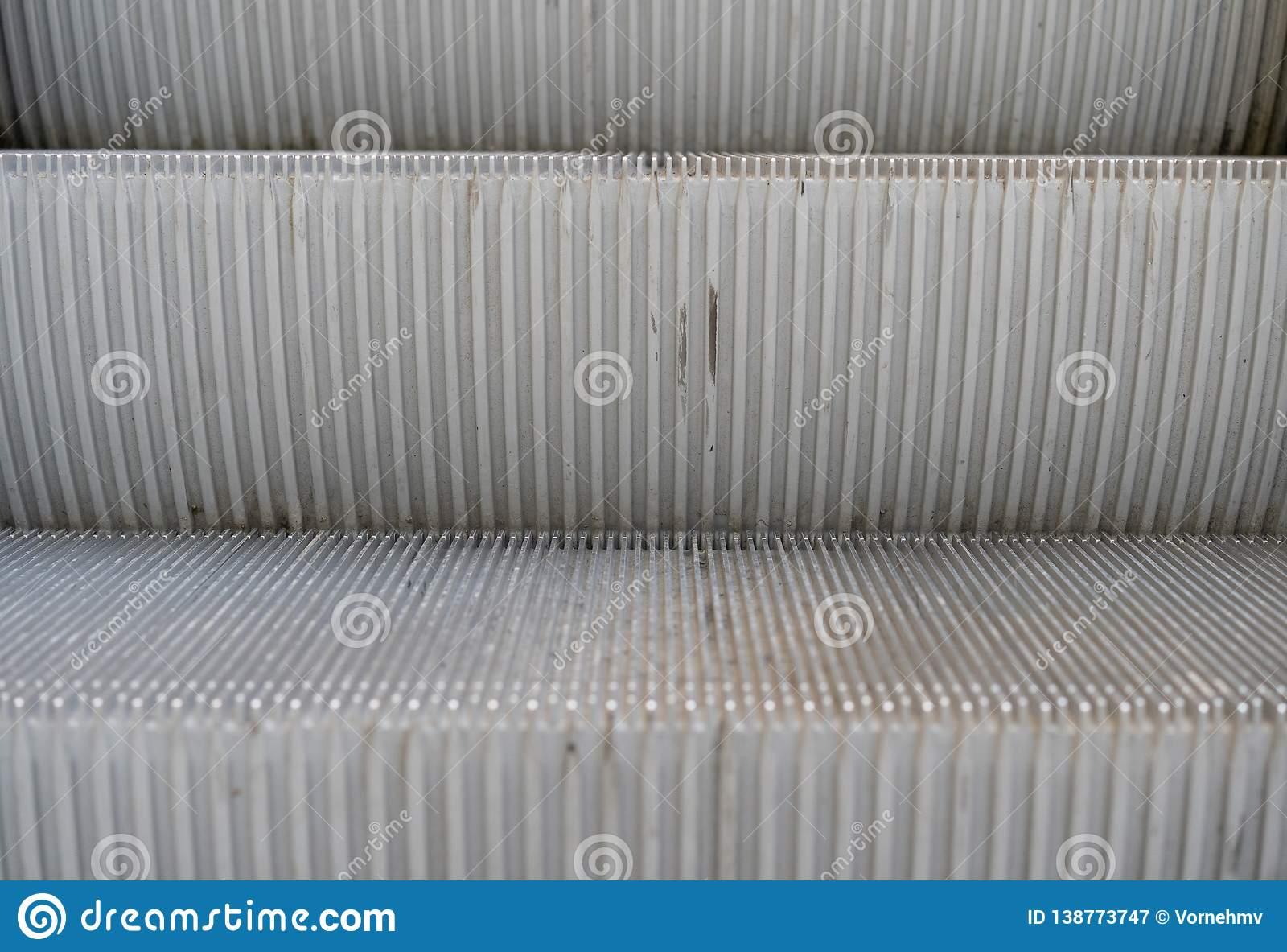 Detalj av en rulltrappa med två moment som framifrån föreställas upp