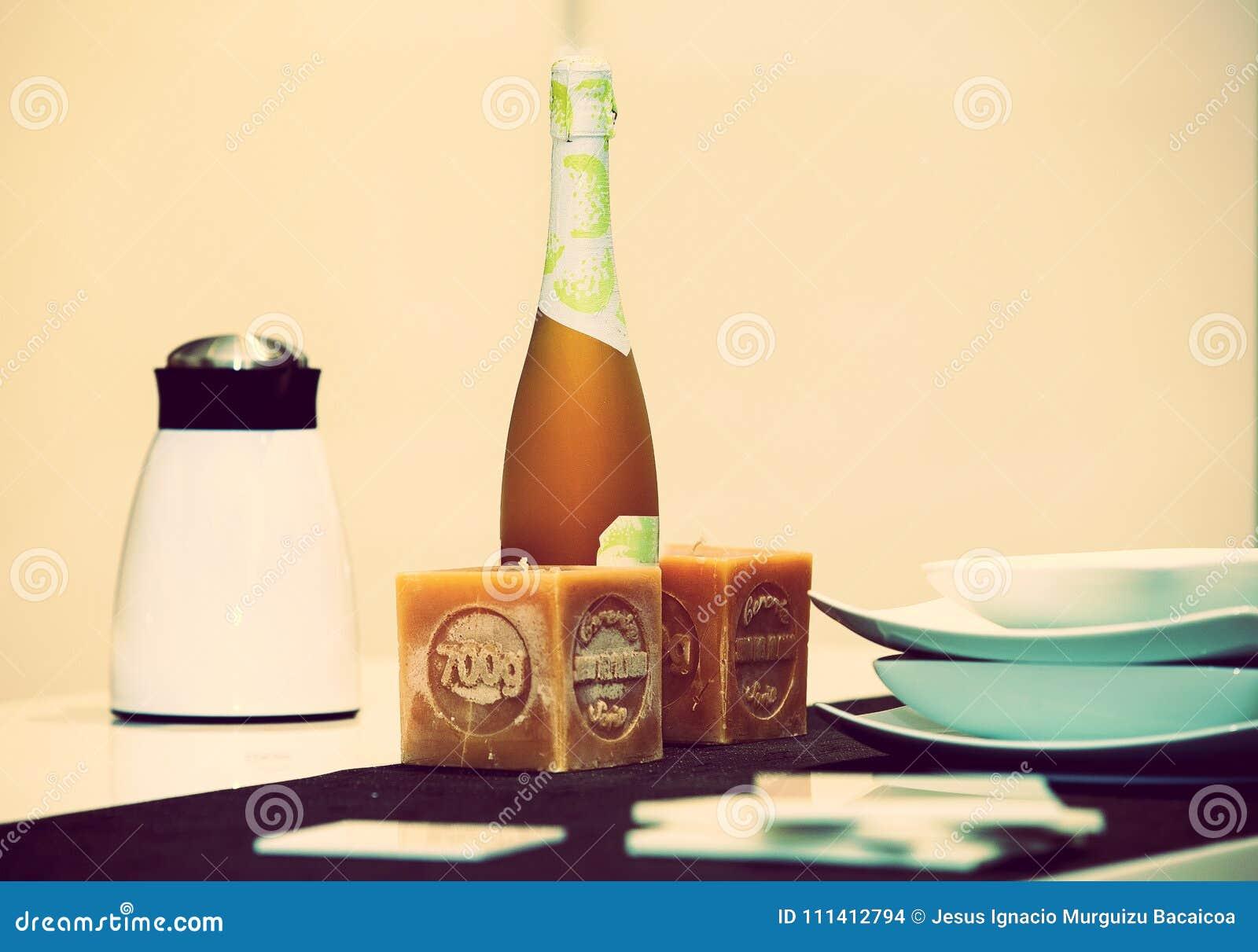 Detalj av en tabell med häverten, kaffemaskin, flaska av vin 5
