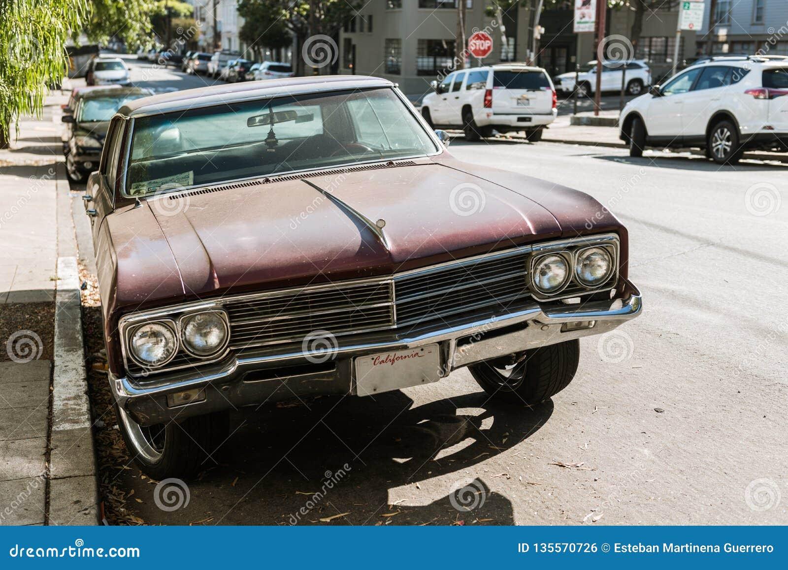 Detalj av framdelen av en klassisk bil på en gata i San Francisco, Kalifornien, USA