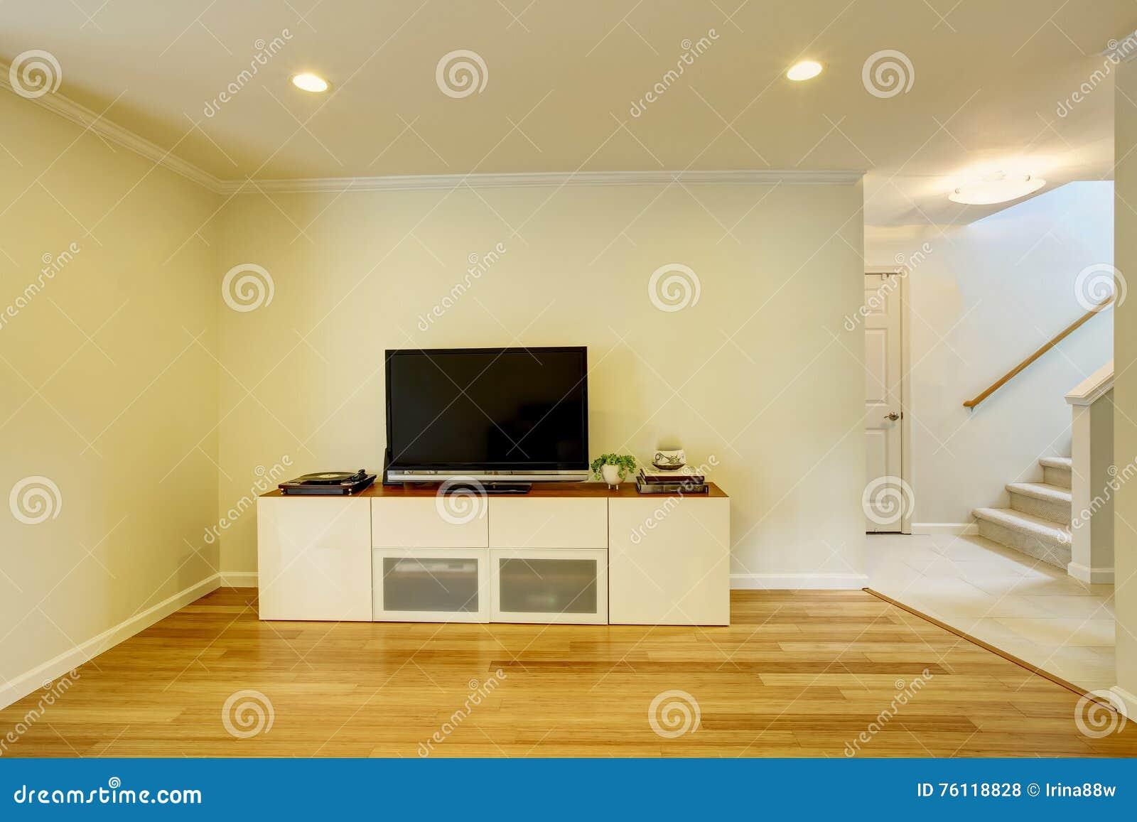 Tv på den vita väggen i vardagsrum arkivfoto   bild: 54926545