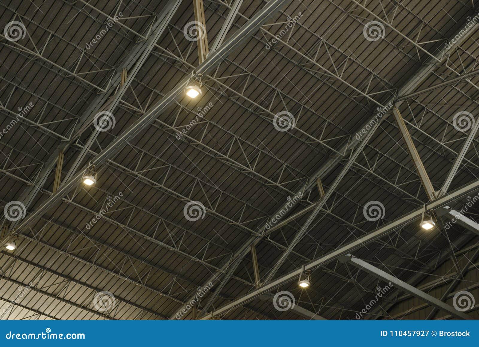 Detalj av strukturen av ett lagertak med lampan