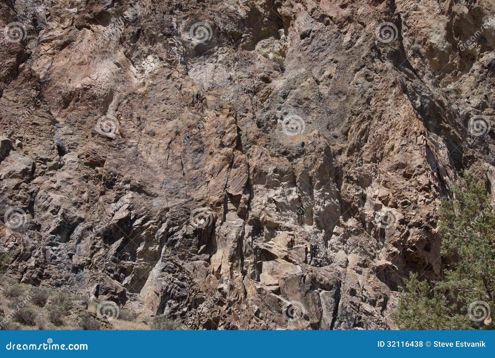 Detaljen arkitektoniskt snedvrida av vulkanisk rhyolite vaggar