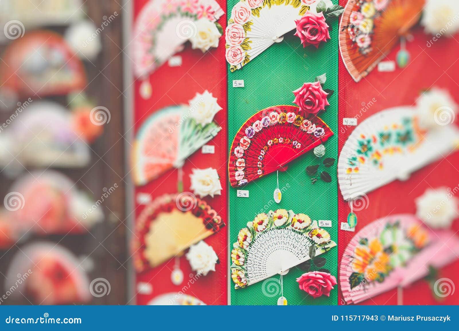 Detaljen av typisk spanjor fläktar i souvenir shoppar i Cordoba, och