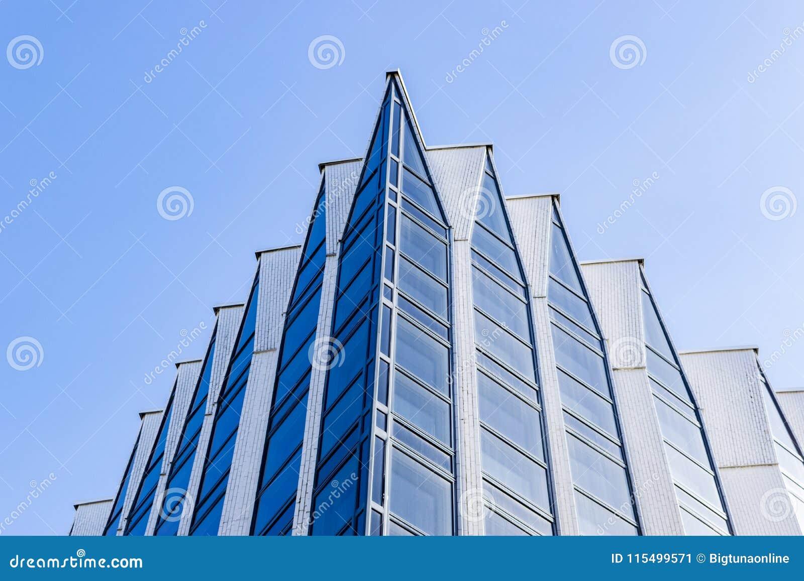 Detaljer av kontorsbyggnadyttersida Affärsbyggnadshorisont som ser upp med blå himmel Modern arkitekturlägenhet Tekniskt avancera