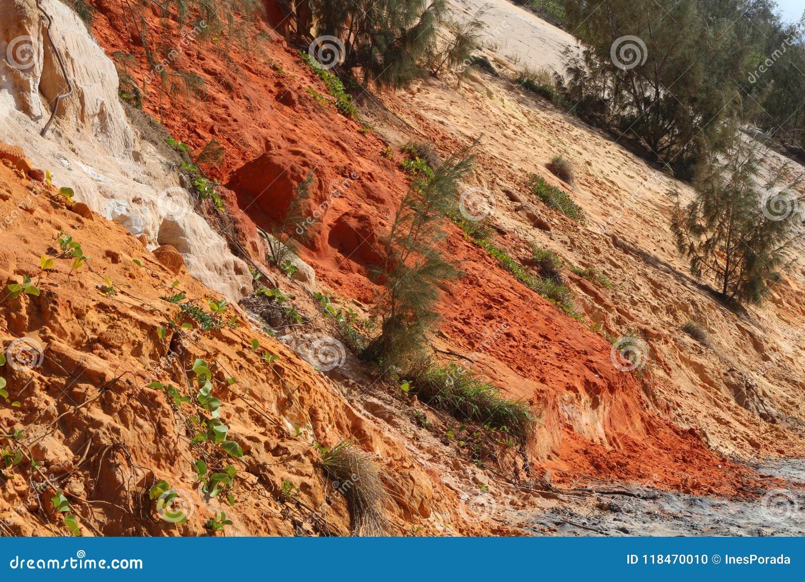 Detaljsikt av de färgade sandklipporna på regnbågestranden, Queensland, Australien