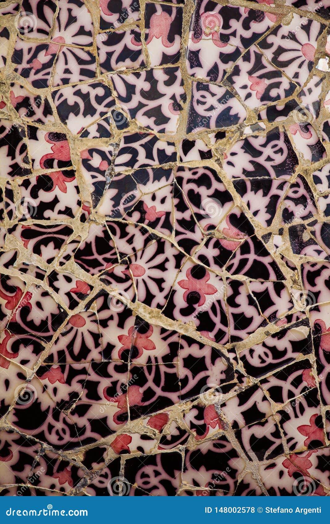 Detalle ascendente cercano de un mosaico coloreado de la baldosa cerámica