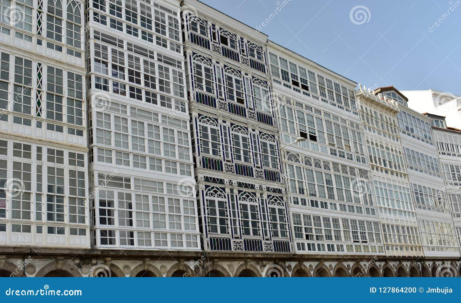 Detalle de la fachada: Estilo modernista con las galerías de madera del color y blancas