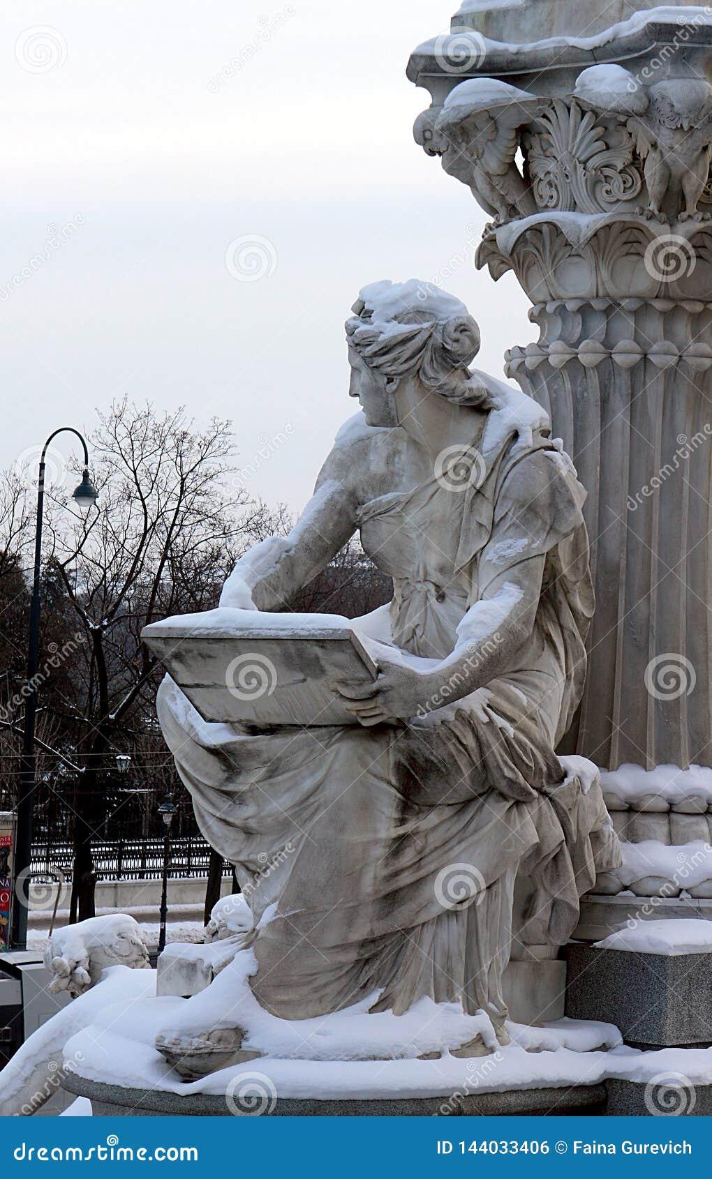 Detalle de la fuente del Pallas-Athene delante del parlamento austríaco en Viena