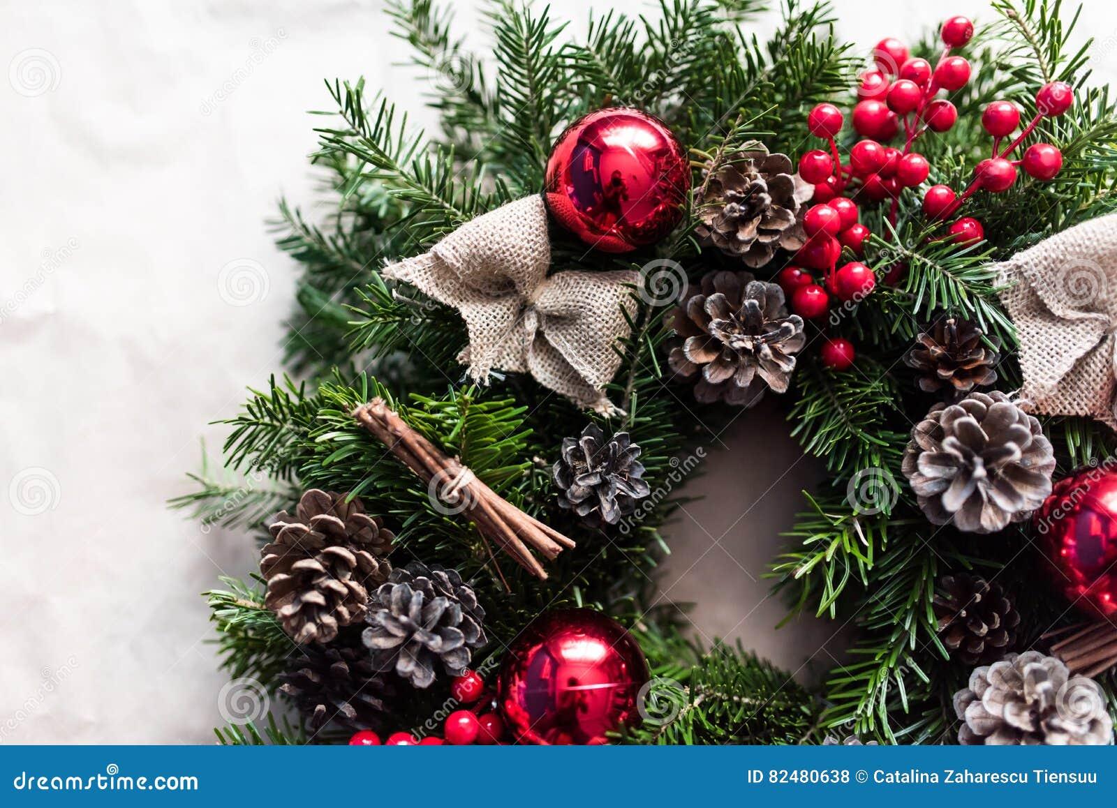 Detalle de la guirnalda de la Navidad con las chucherías y las bayas rojas