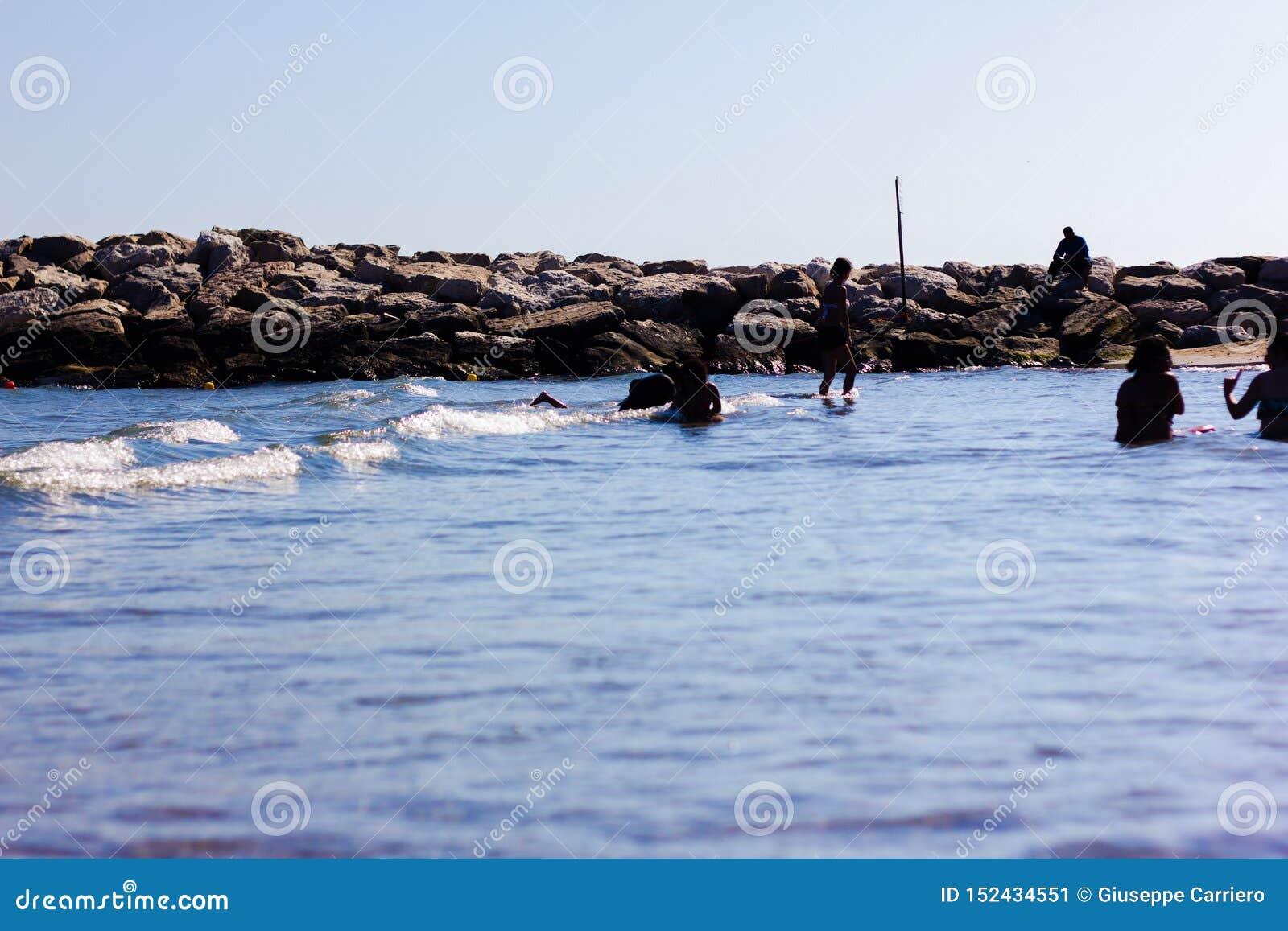Detalle de la playa con las rocas en verano
