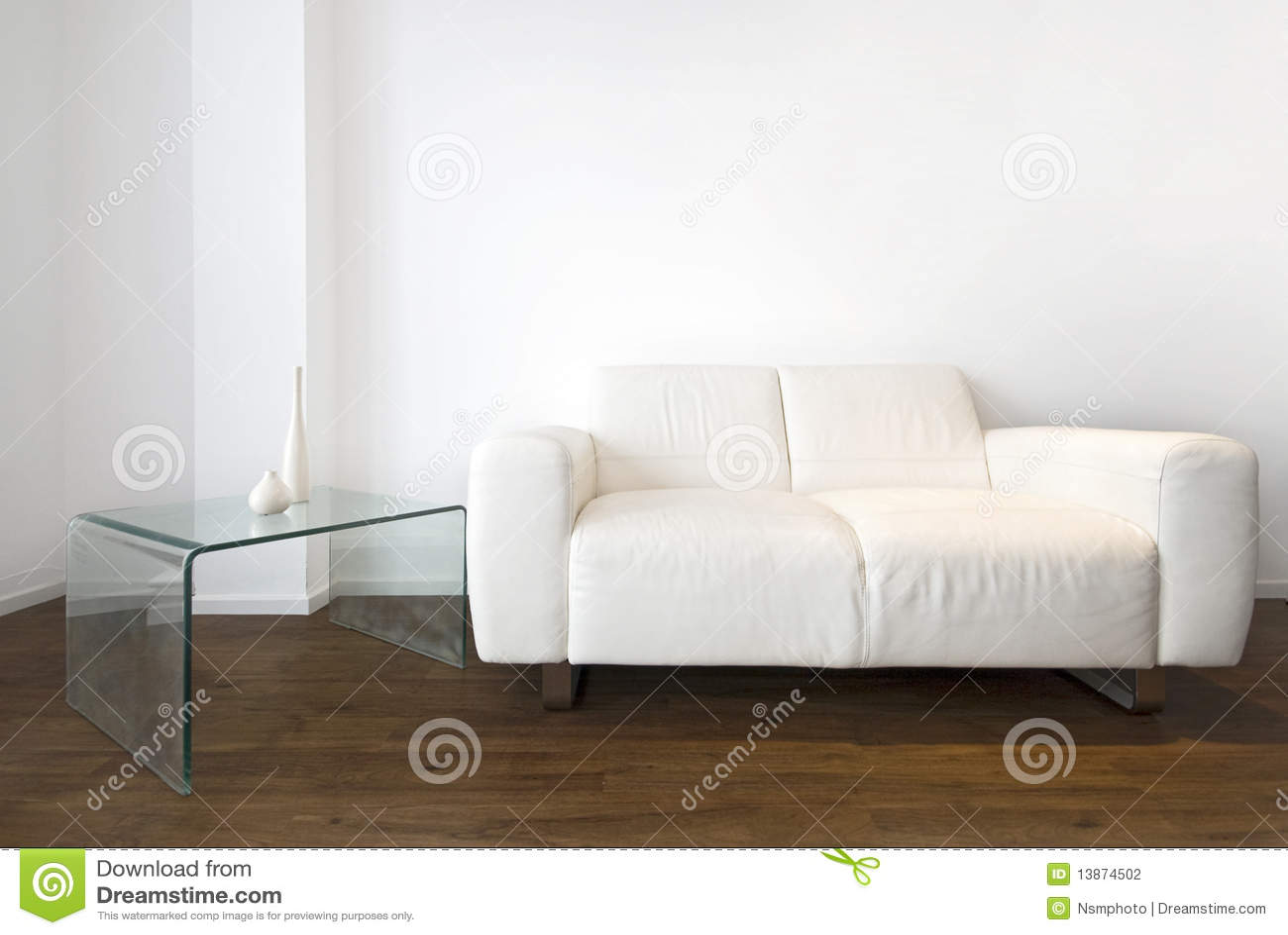 Detalle de la sala de estar con un sofá del cuero blanco