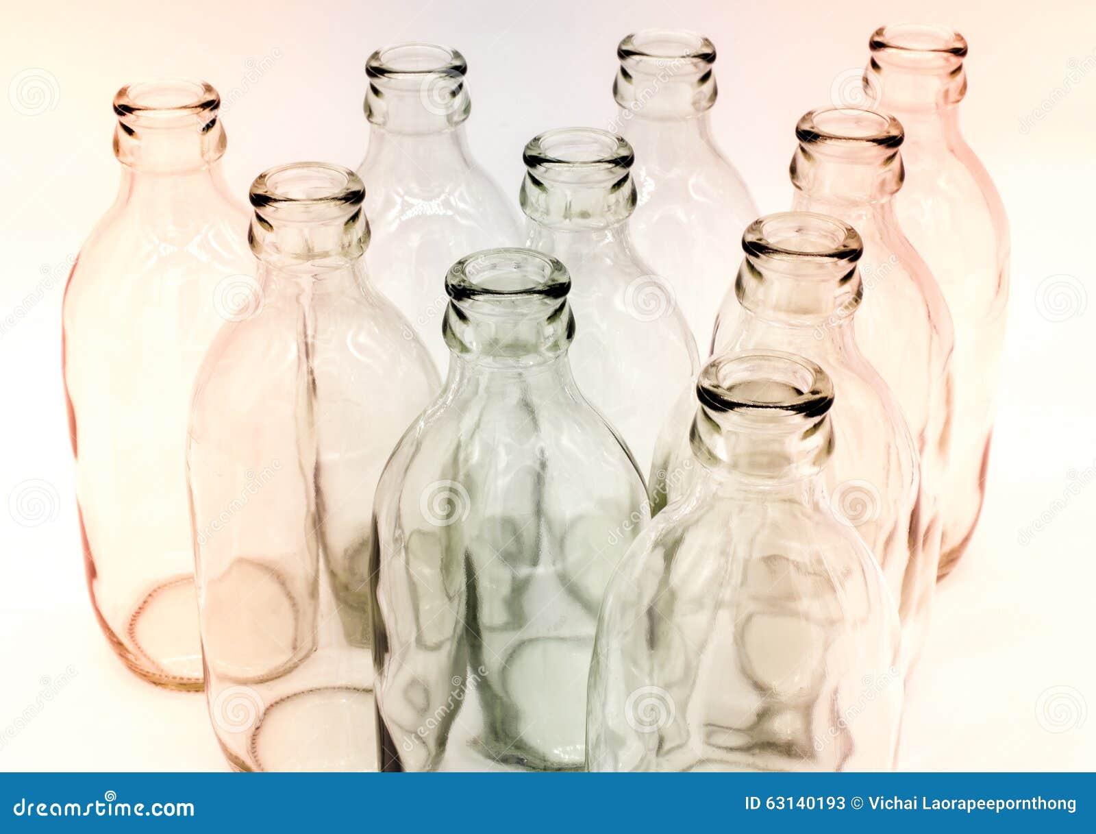 Detalle de las botellas de cristal en el fondo blanco