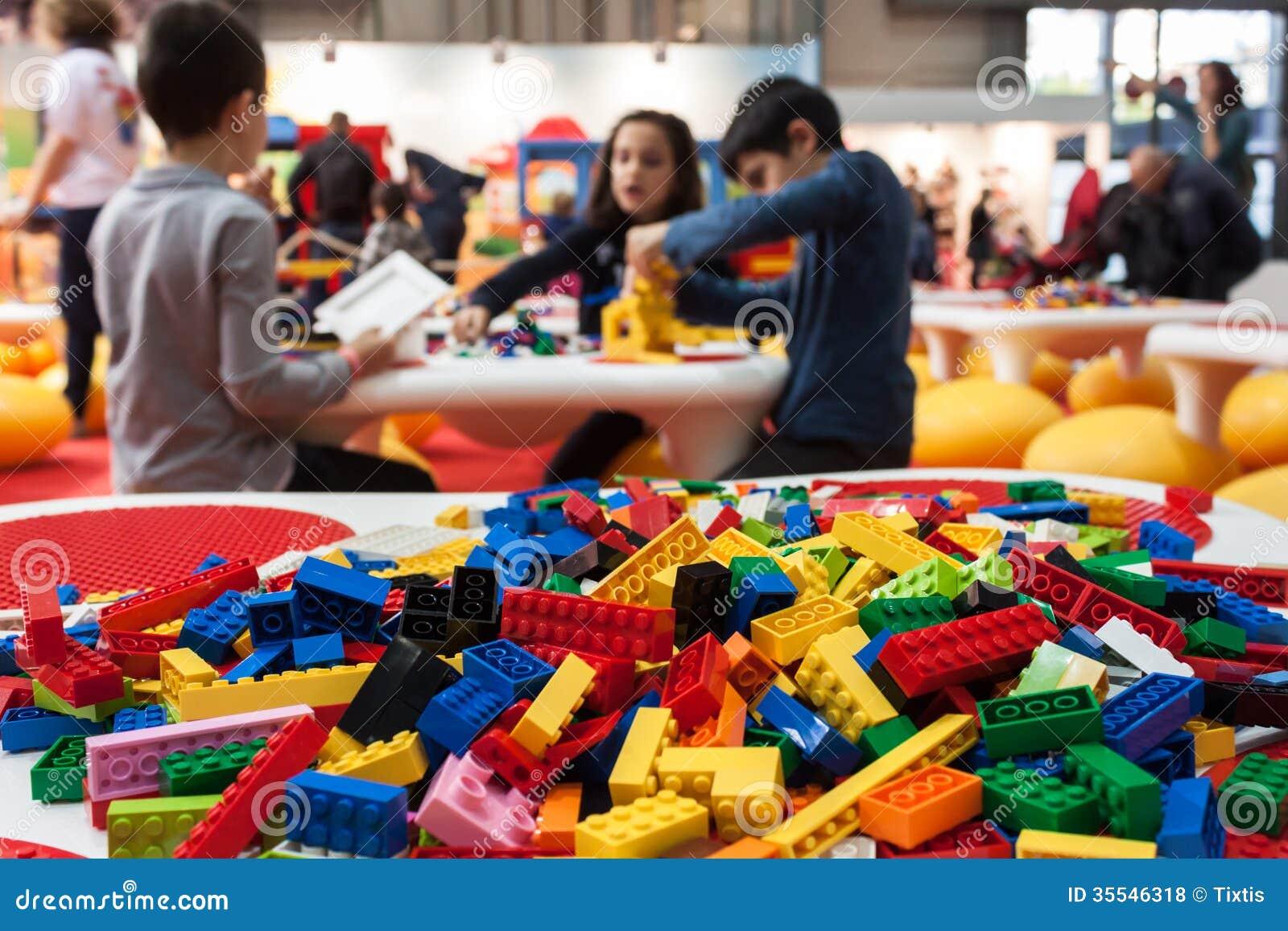 ¡Detalle de los ladrillos del edificio de Lego en G! viene el giocare en Milán, Italia