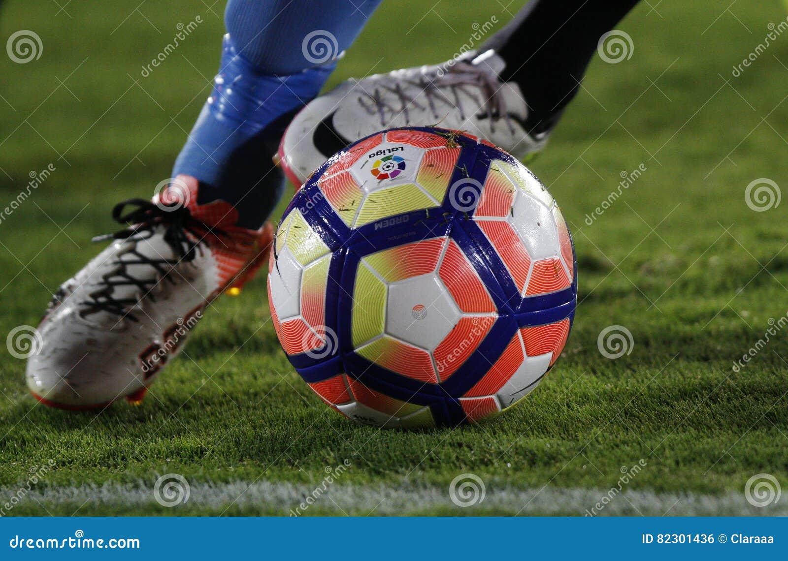 Detalle de los pies de un jugador de fútbol que corre con la bola