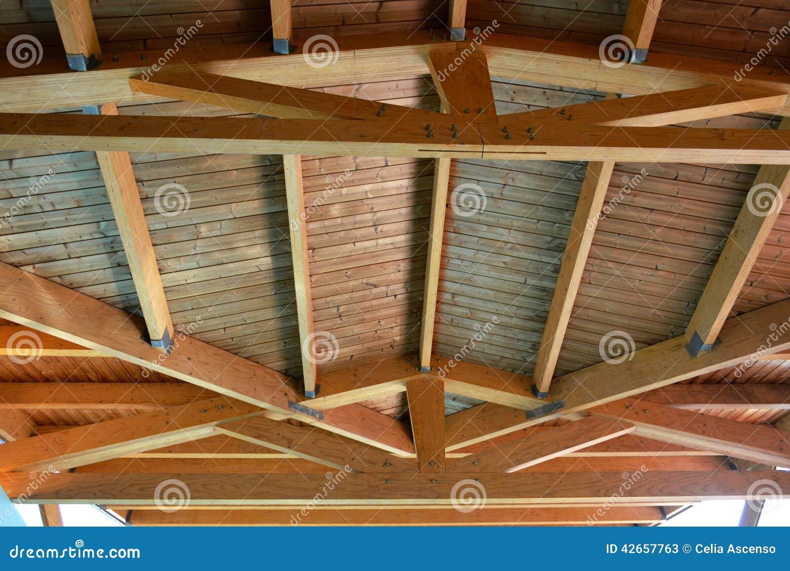 Detalle de madera del techo del tejado de la casa foto de - Tejado madera ...