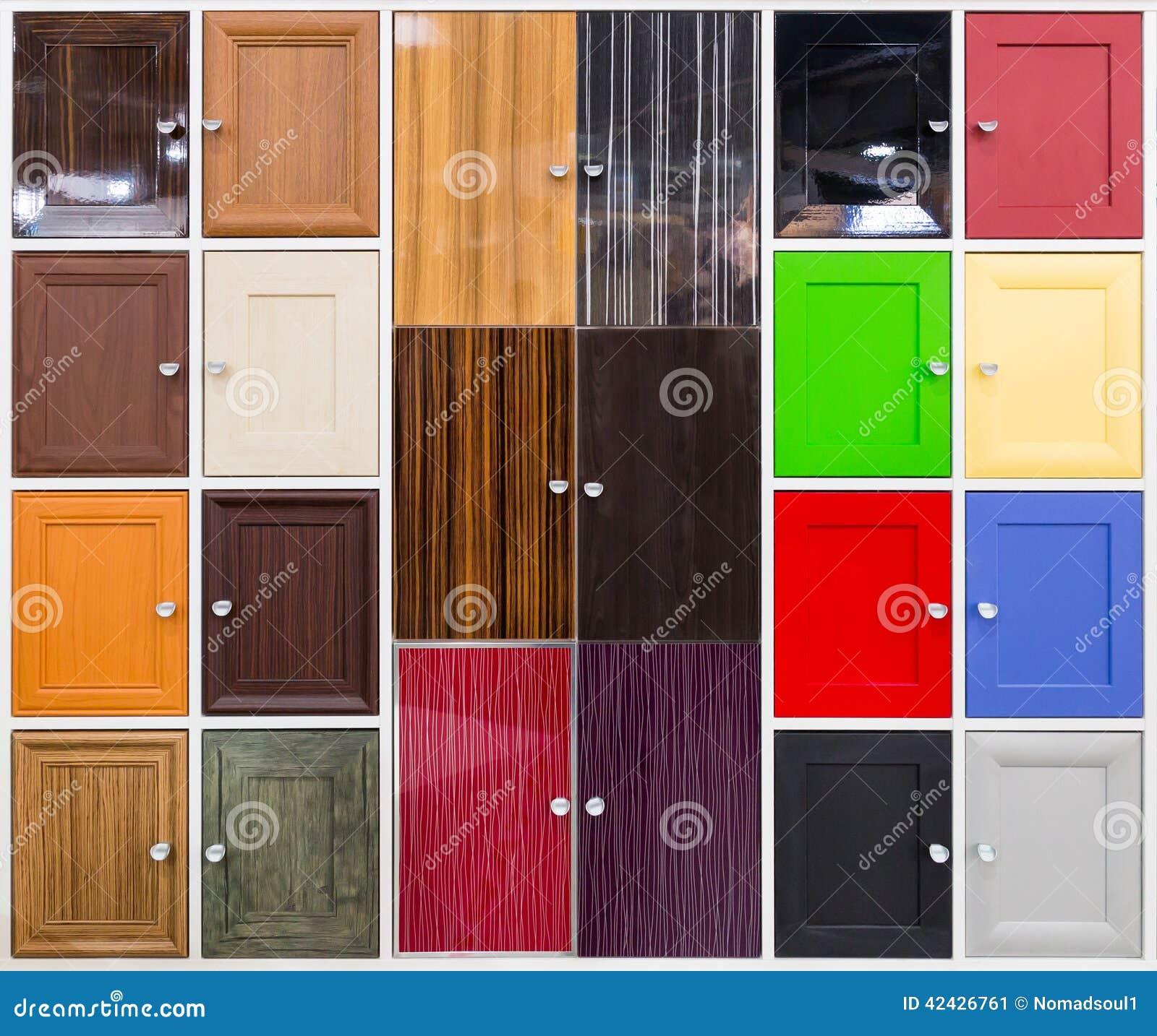 Detalle de puertas coloridas con las manijas agradables