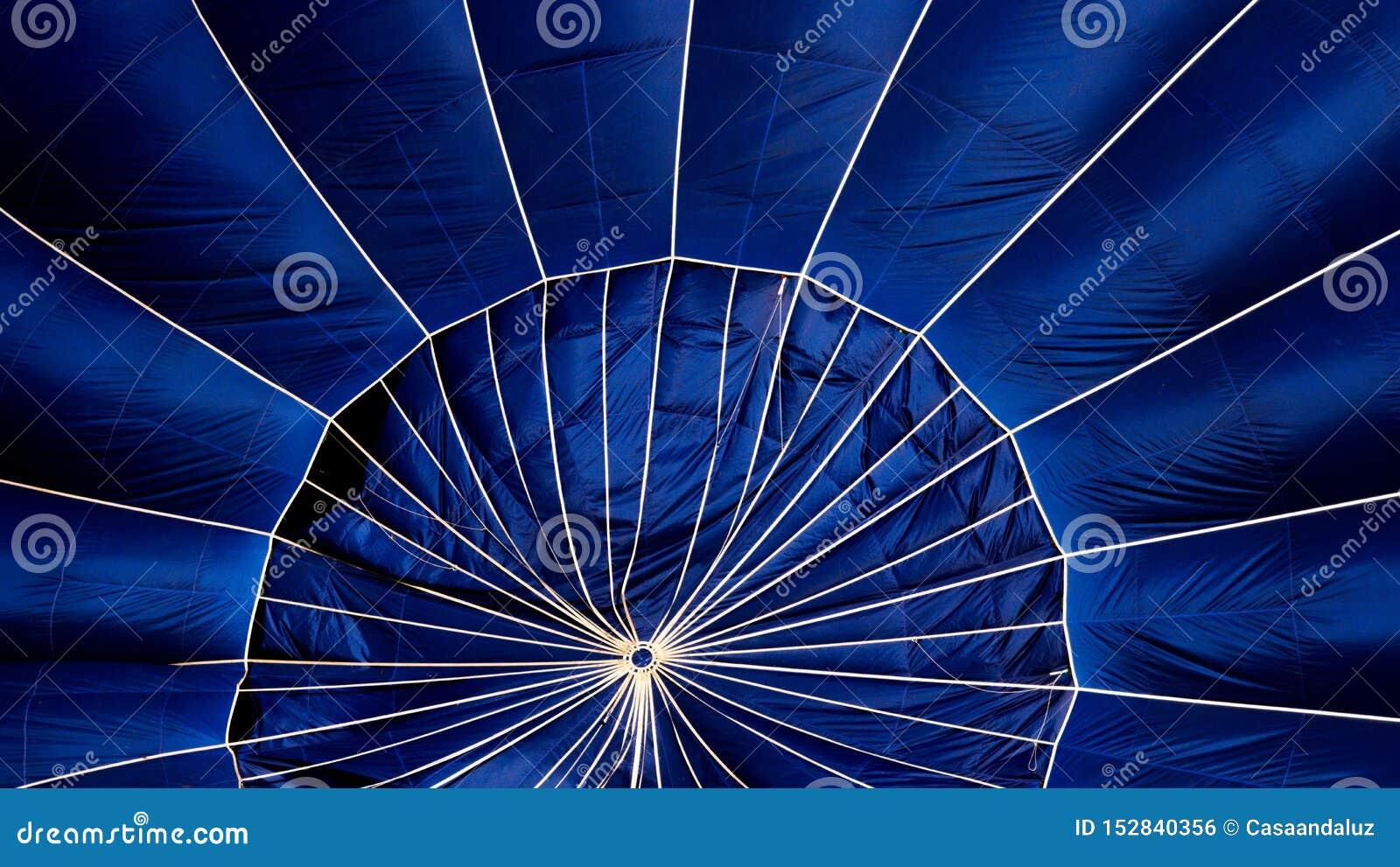 Detalle de un globo azul del aire caliente