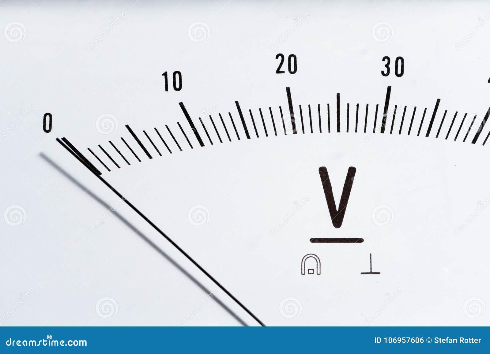 Detalle de un voltímetro análogo, escala del indicador