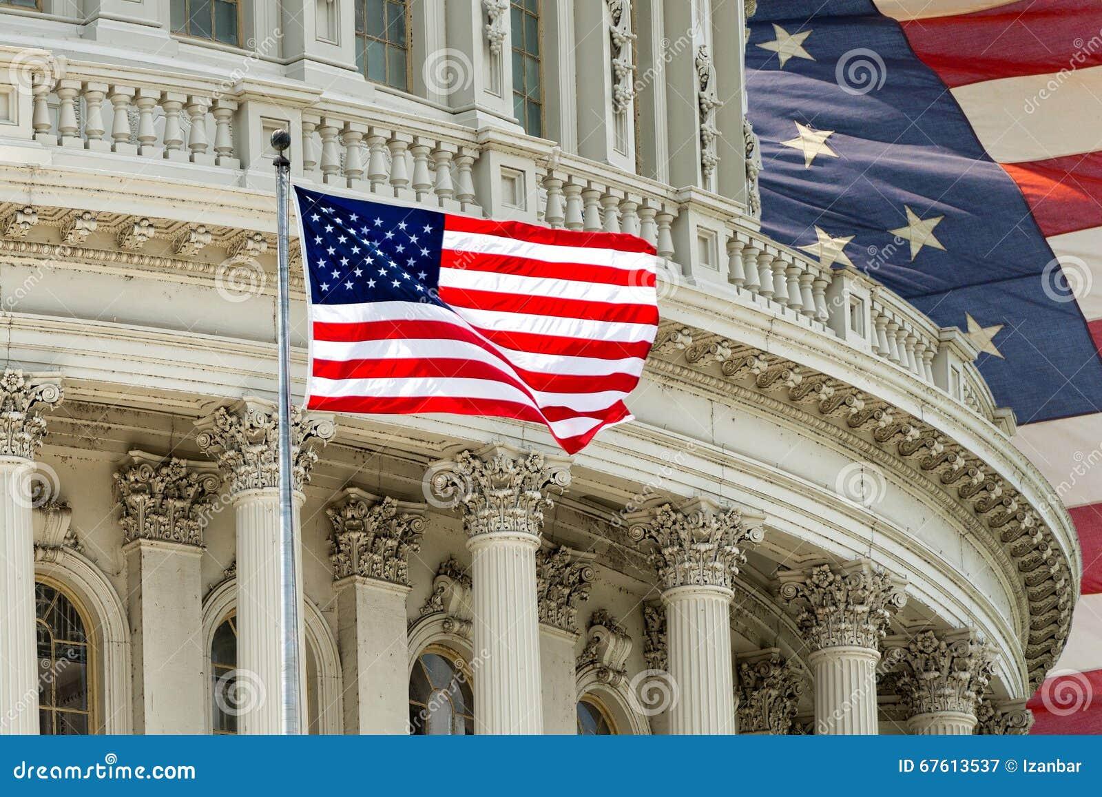 Detalle del capitolio del Washington DC con la bandera americana