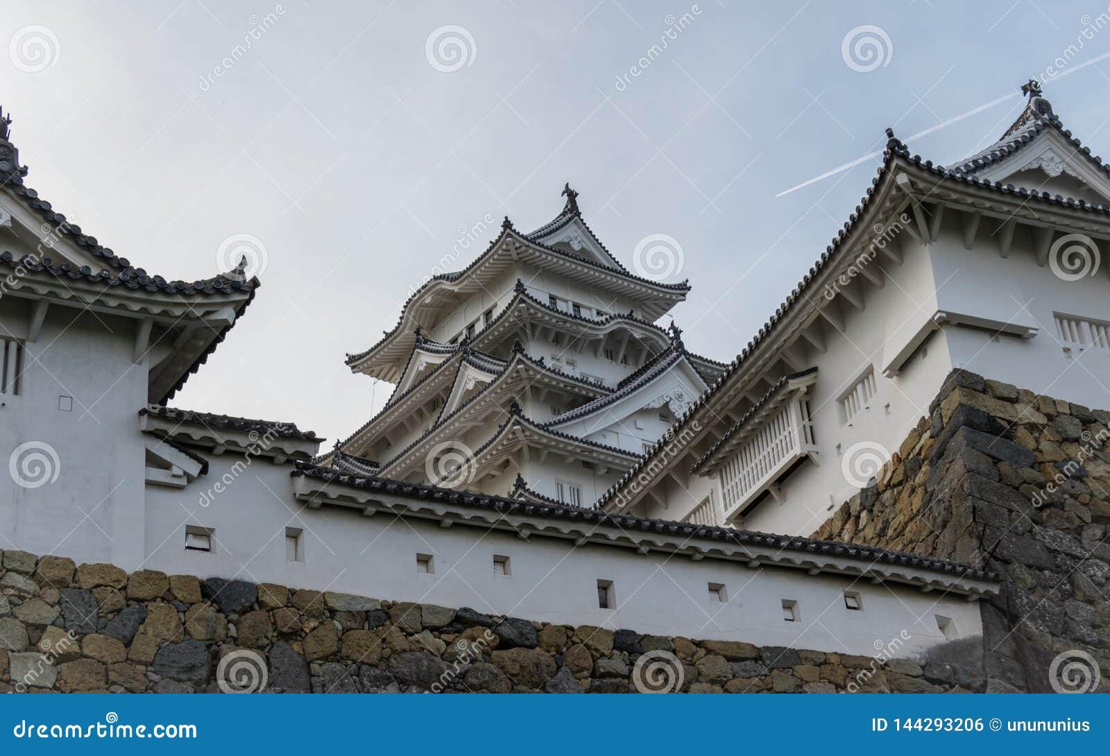 Detalle del castillo de Himeji y paredes en un claro, día soleado Himeji, Hyogo, Japón, Asia