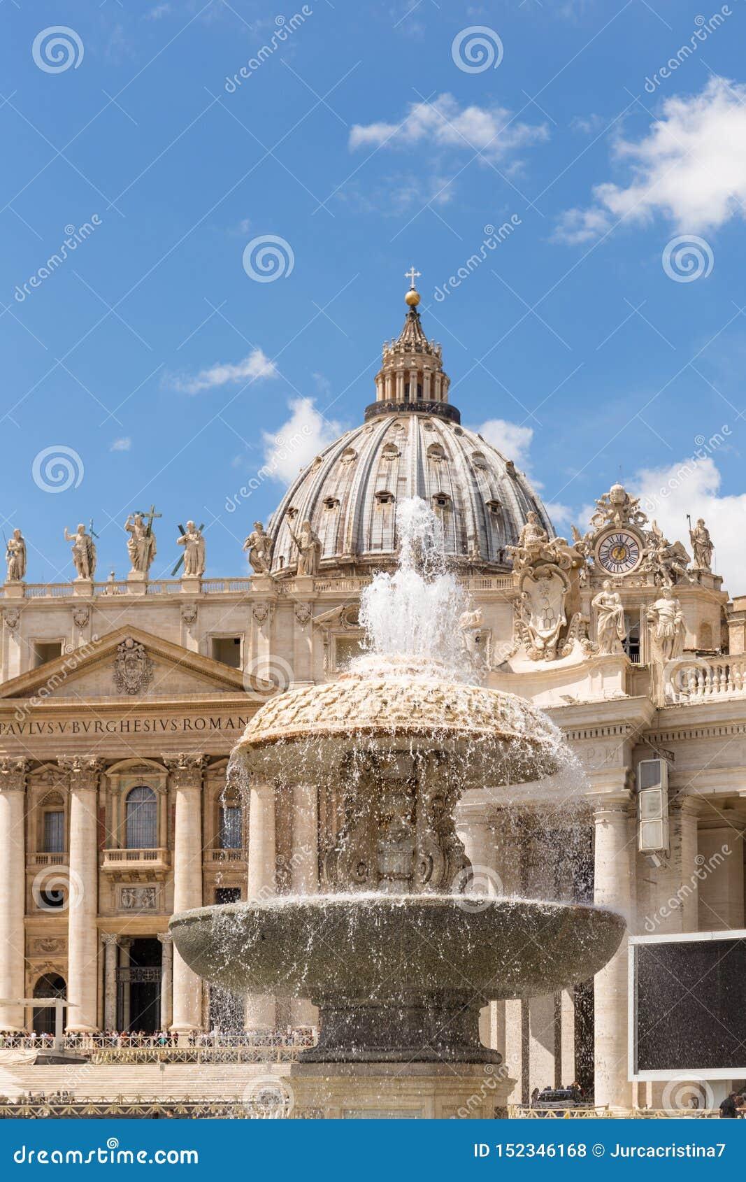 Detalle del cuadrado, de la fuente y de la bóveda de San Pedro, Ciudad del Vaticano