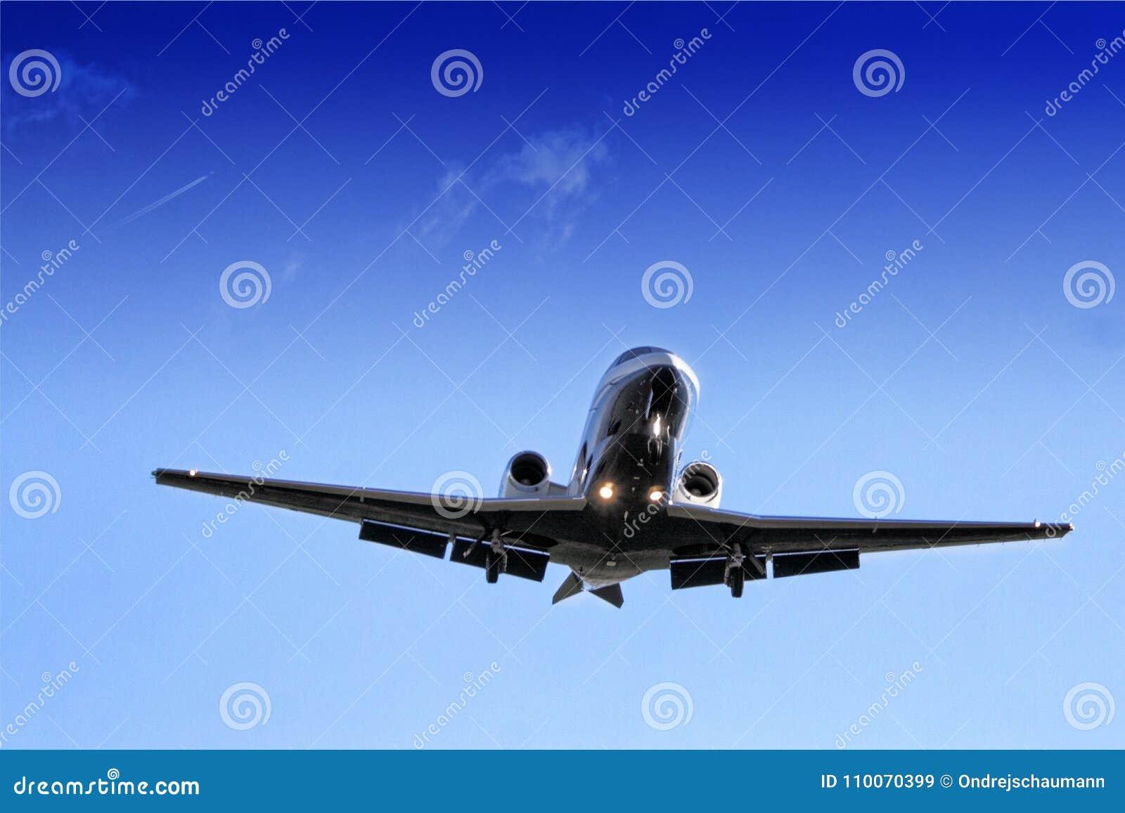 Detalle del jet azul del negocio con las luces de acercamiento que sobrevuelan