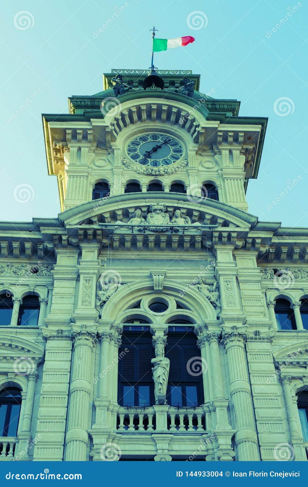 Detalle del reloj y del campanario viejos de la ciudad Hall Building en Trieste, Italia