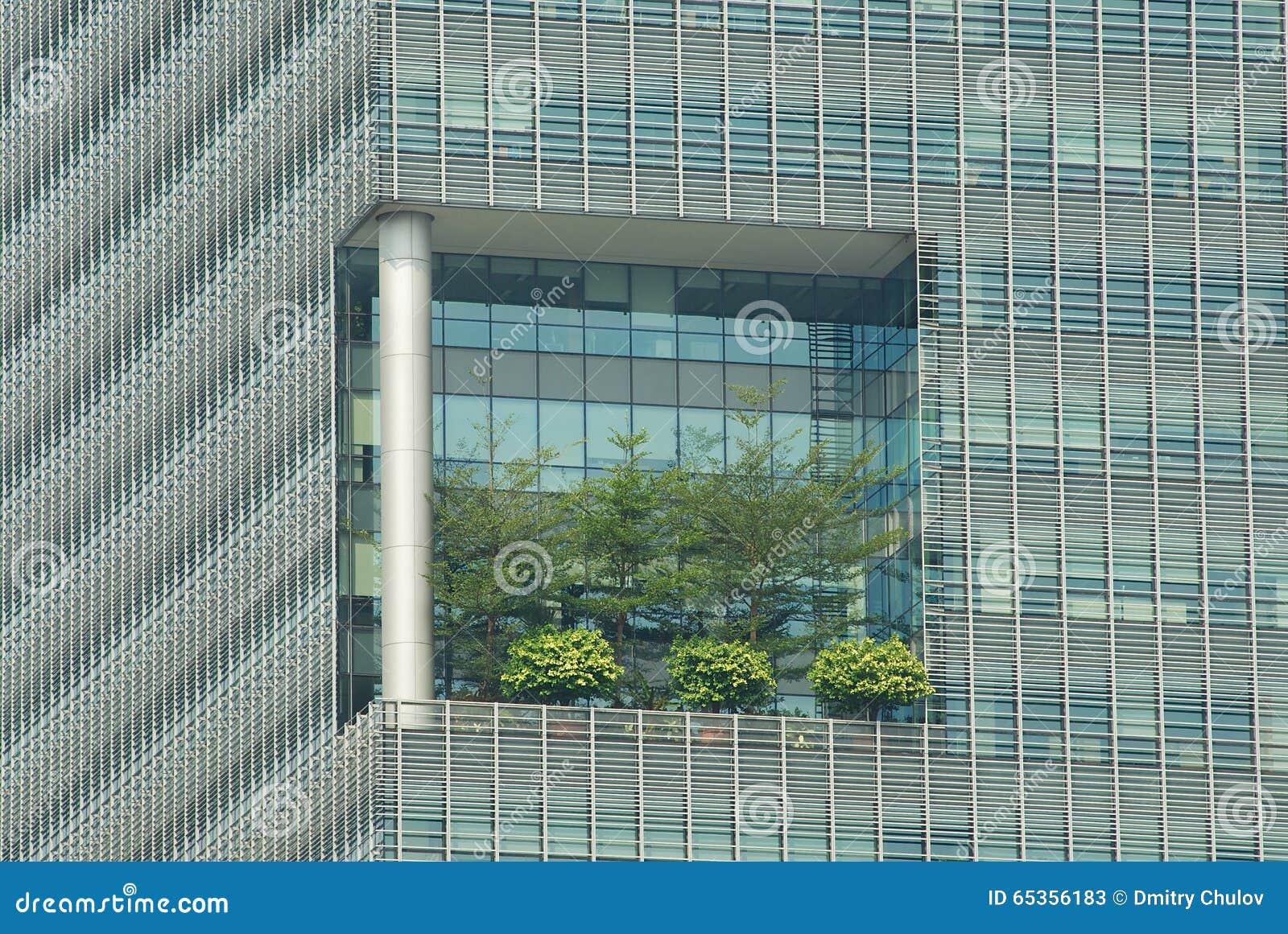 Detalle Exterior Con La Alta Terraza Elevada En El Edificio