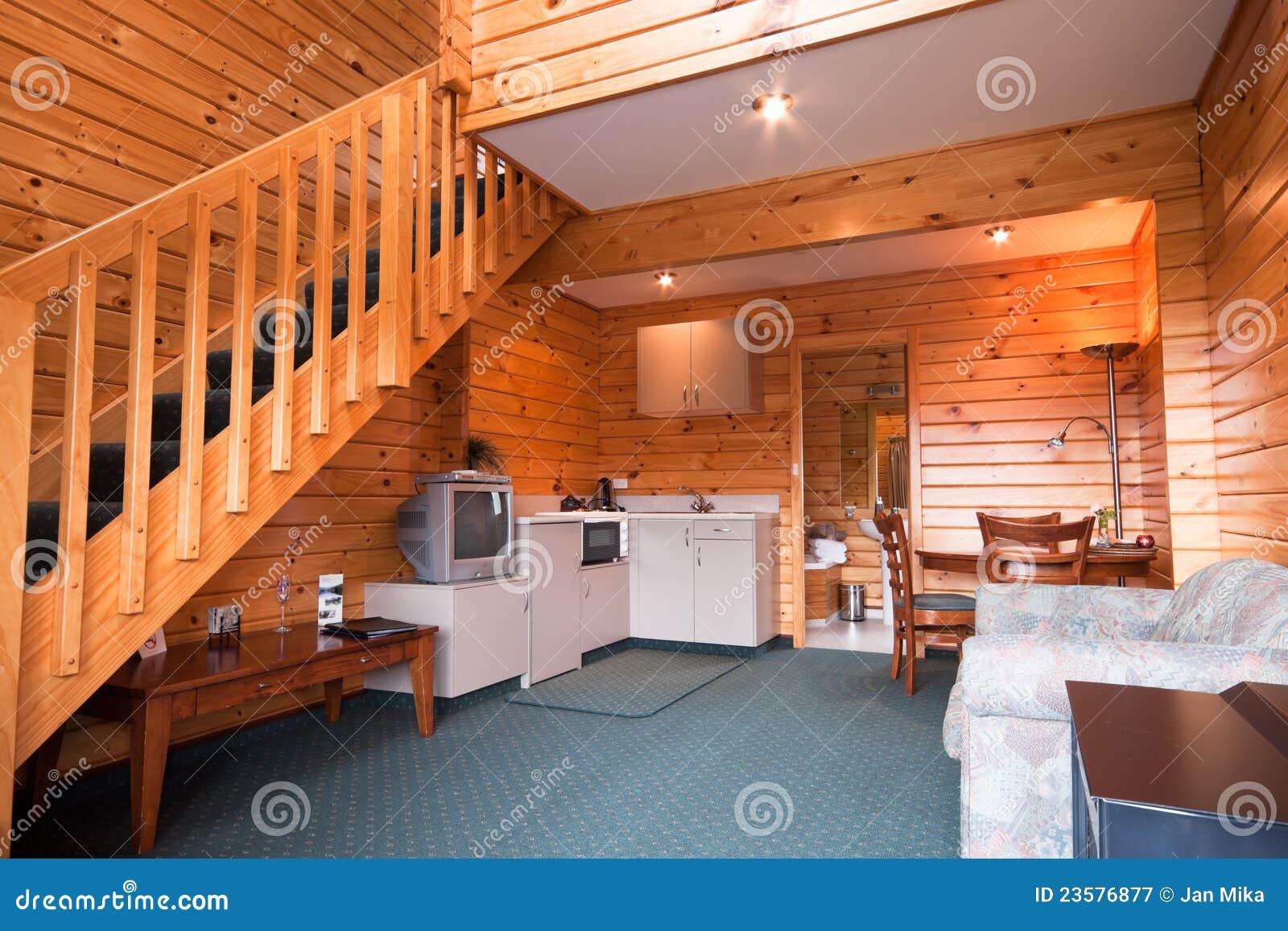 Detalle interior de madera del apartamento de la casa de - Interior casas de madera ...