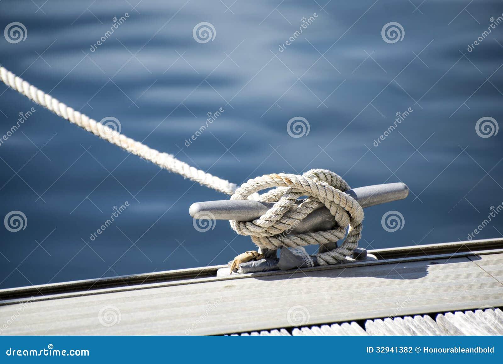 Detalle la imagen del listón de la cuerda del yate en cubierta del velero