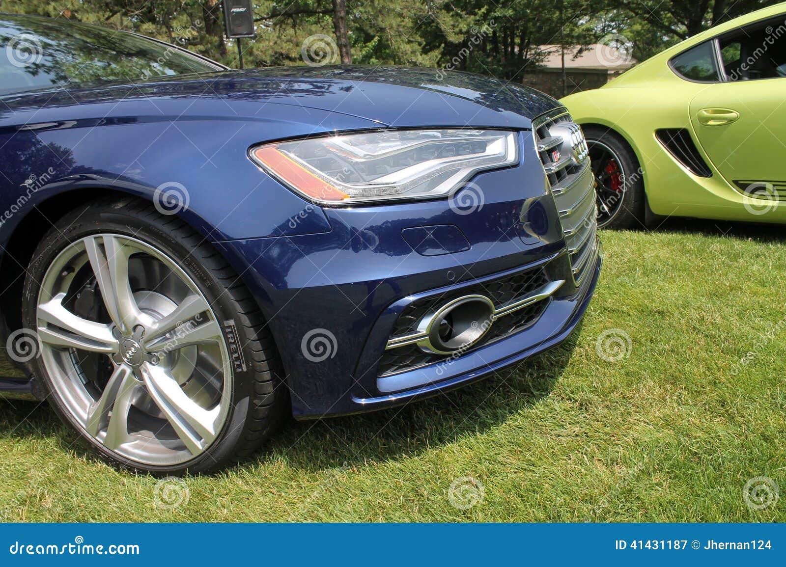 Detalle moderno del frente del coche de deportes