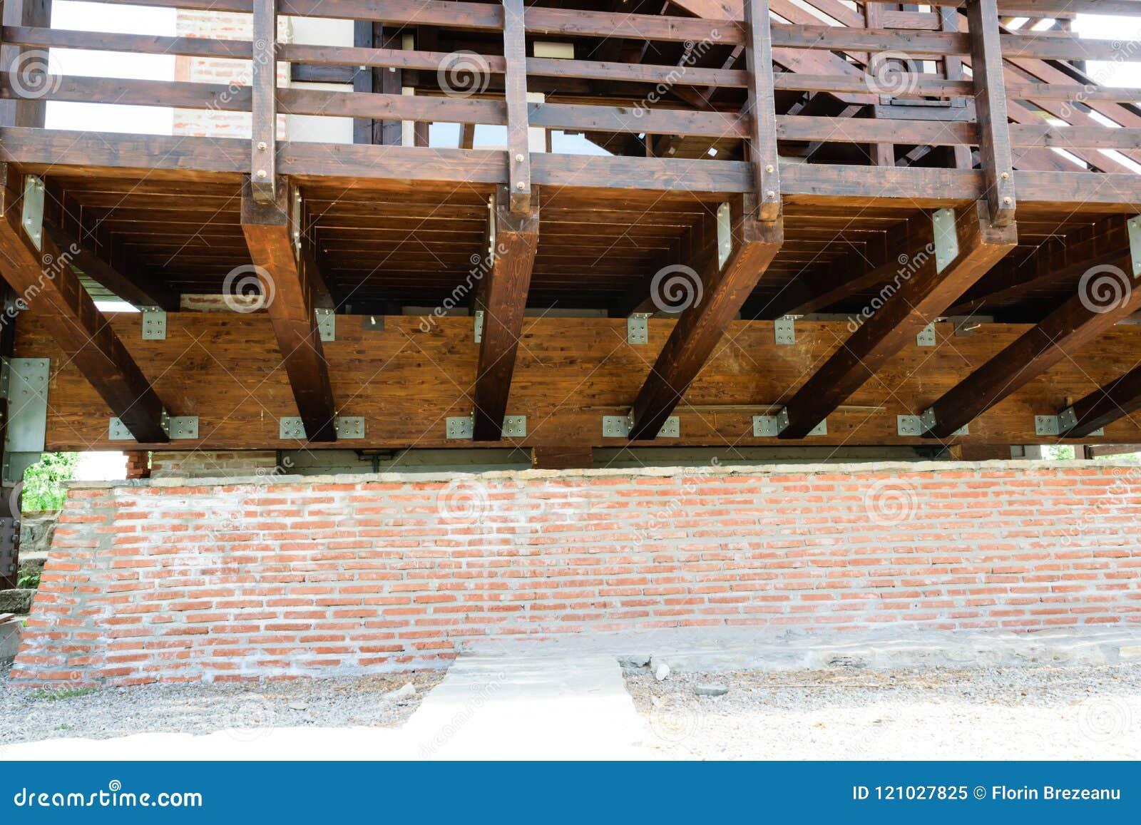 Detalle suspendido de la estructura de la cubierta de madera sólida Guardia de madera aumentado de la cubierta y de la mano con l