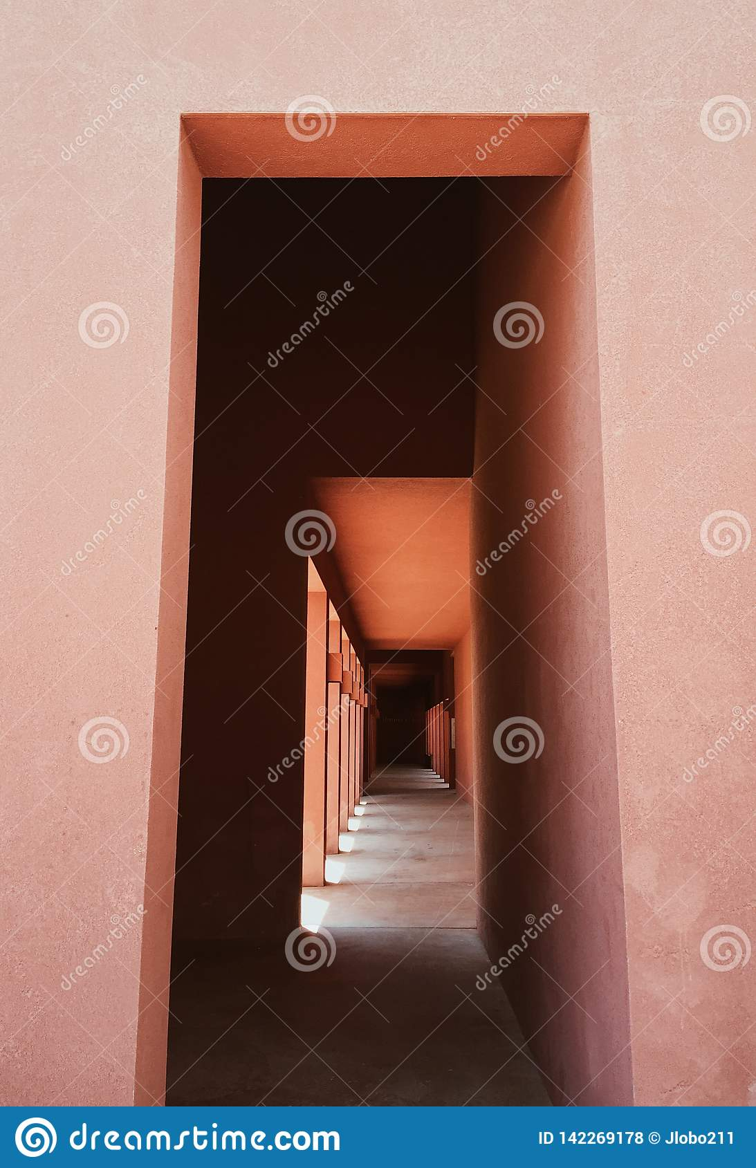 Detalles arquitectónicos de un pasillo en un edificio