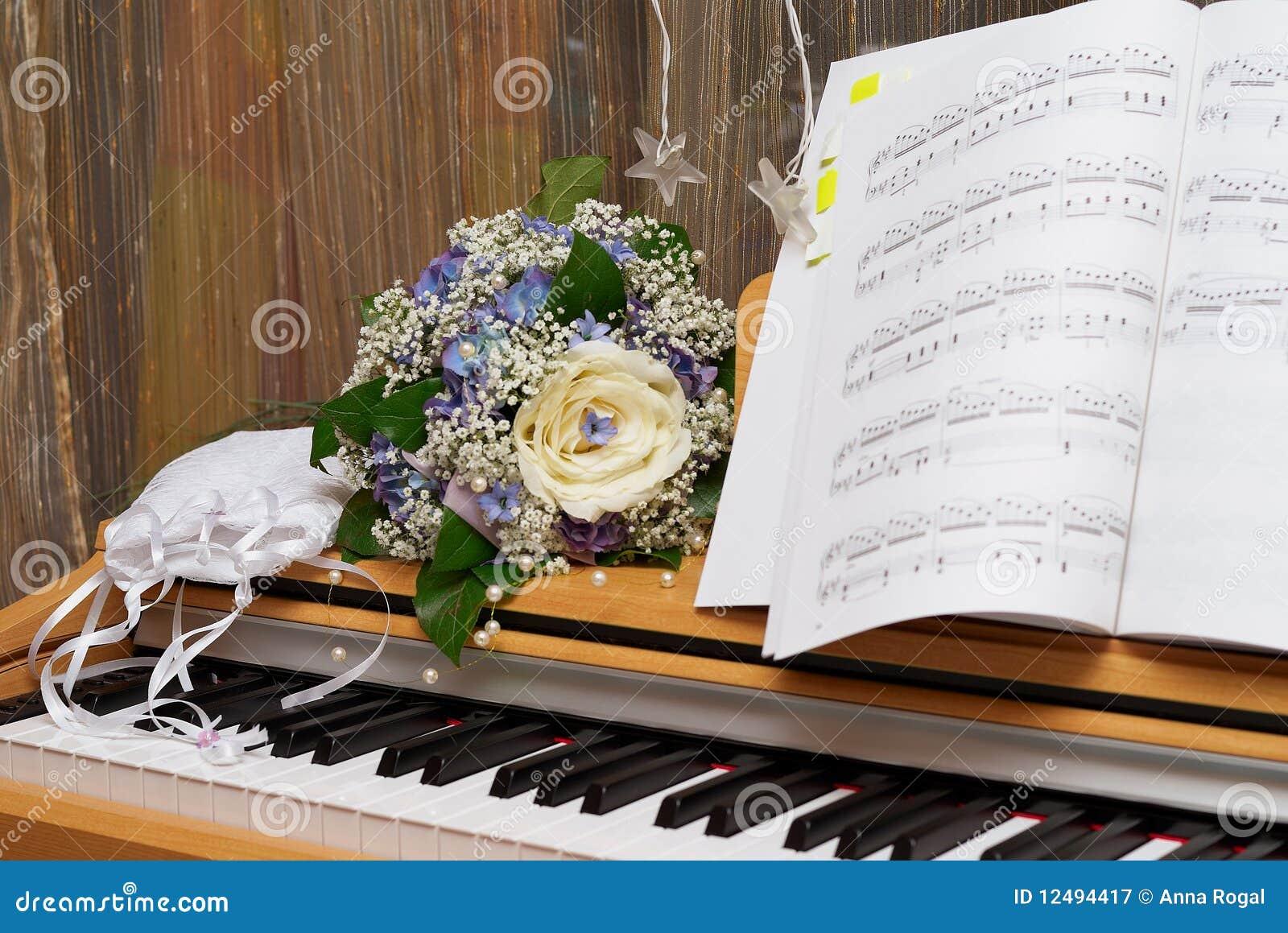Detalles de la boda: bolso y ramo de la novia