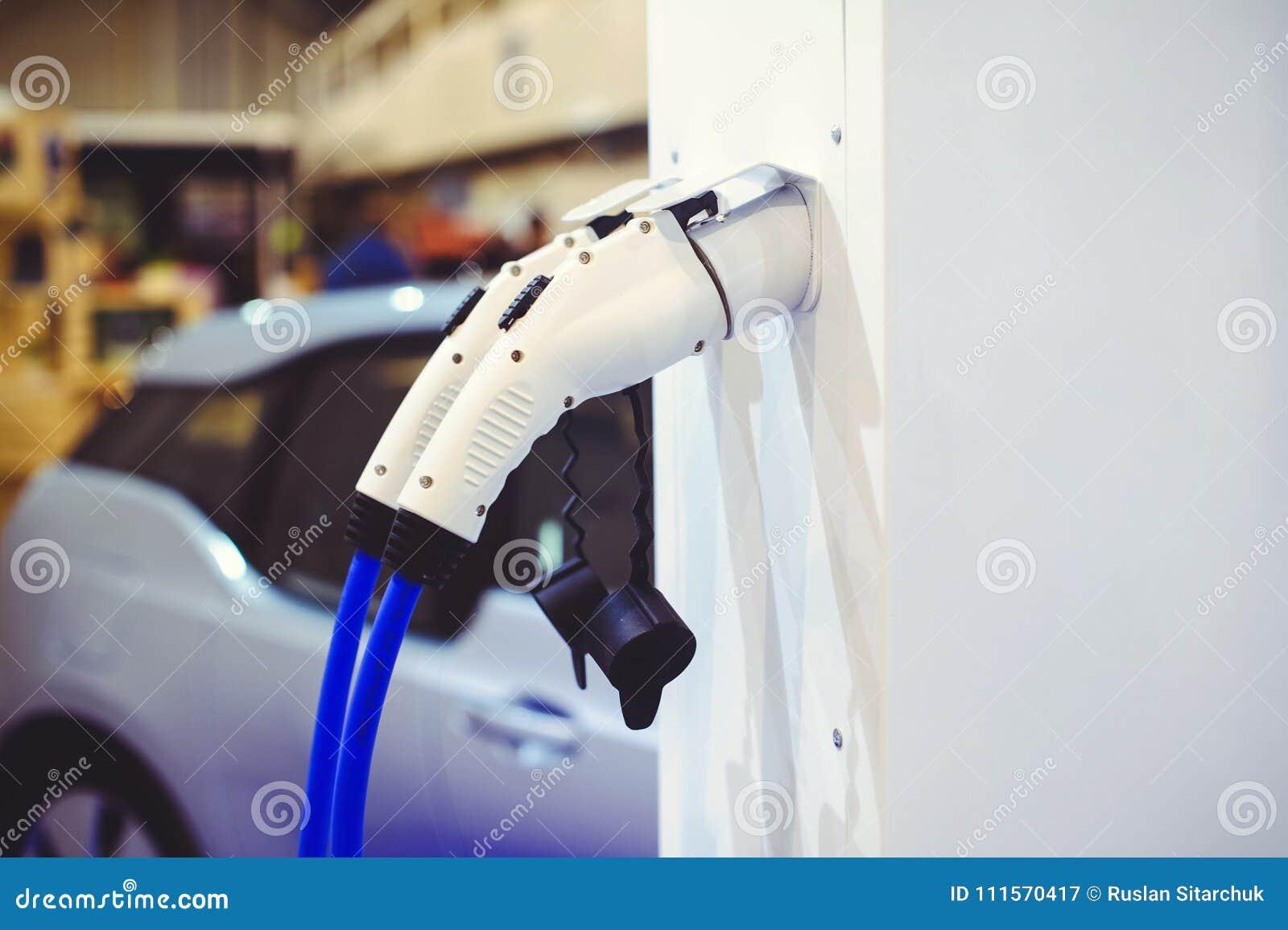 Detalles de la carga del vehículo eléctrico Verde y fuentes de energía renovable