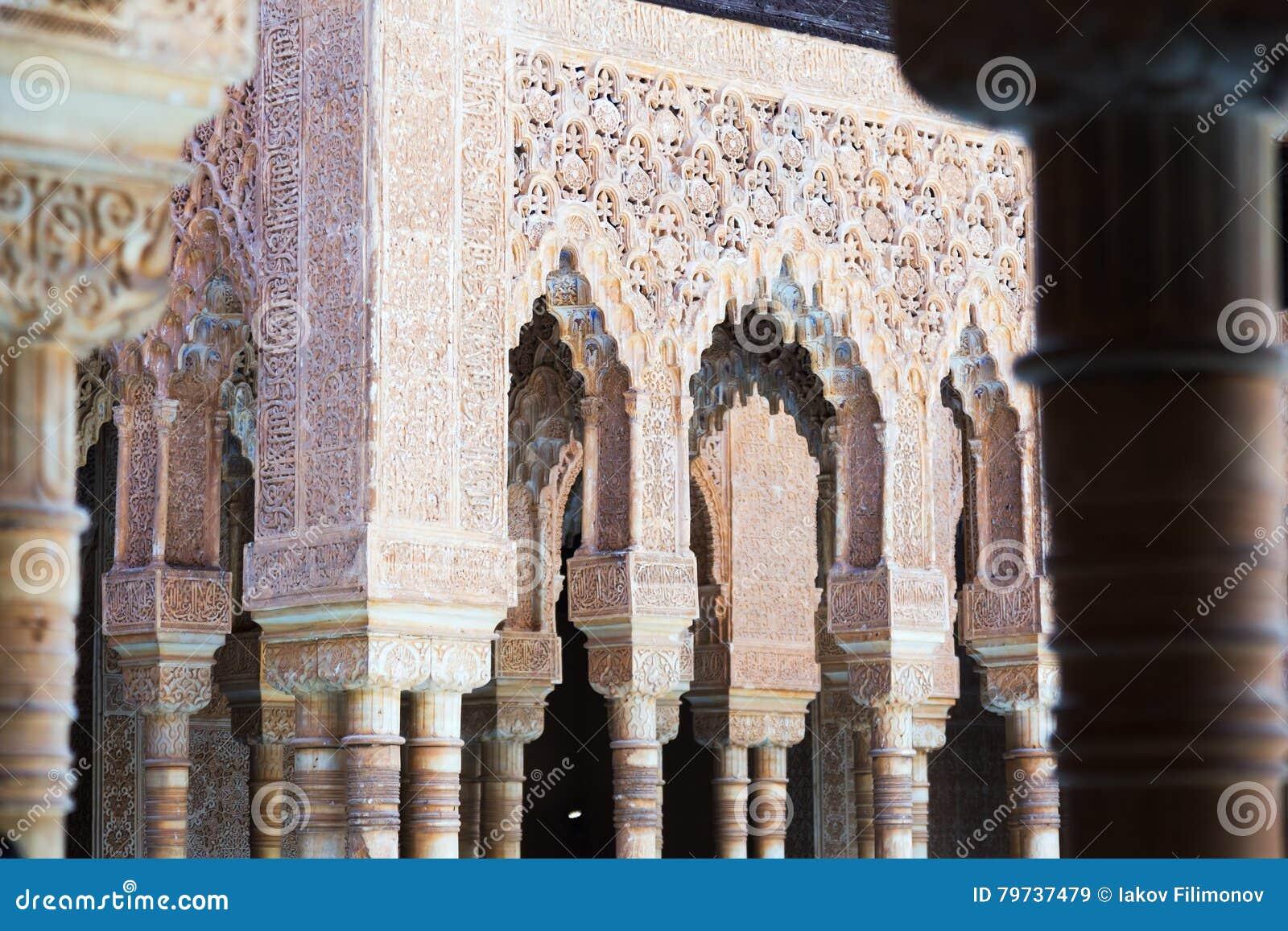 Detalles de la corte de los leones en Alhambra en Granada