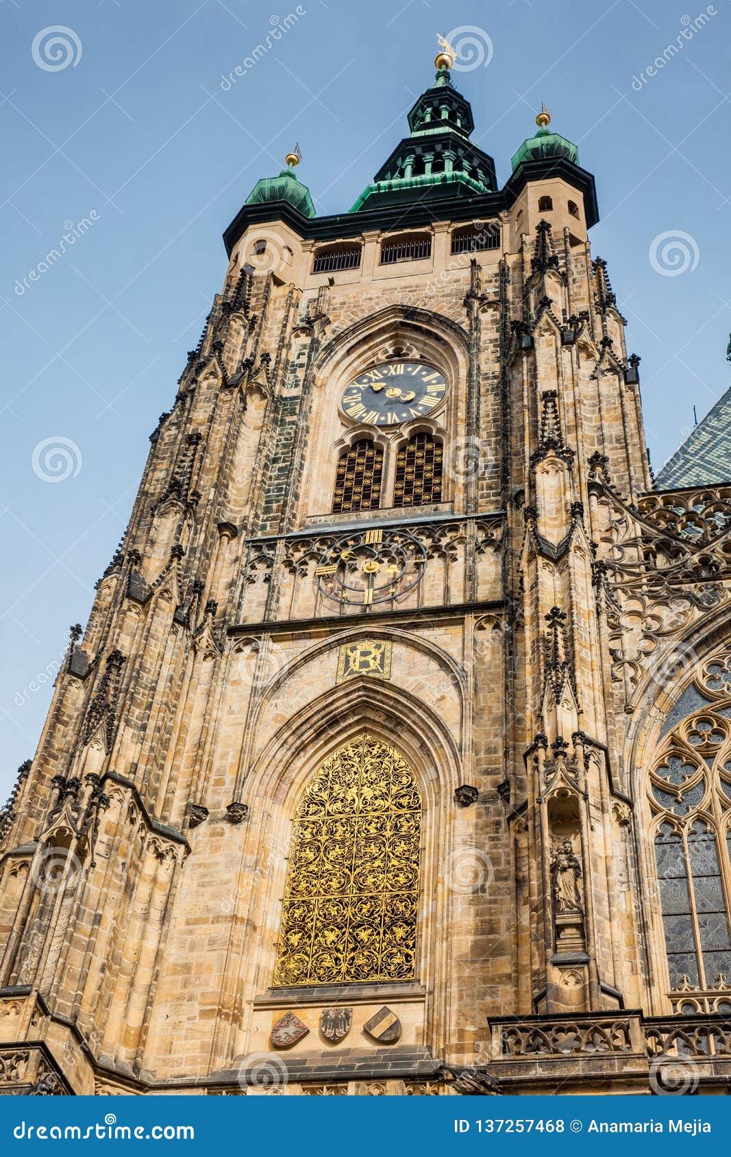 Detalles de la fachada de la catedral metropolitana de los santos Vitus en Praga
