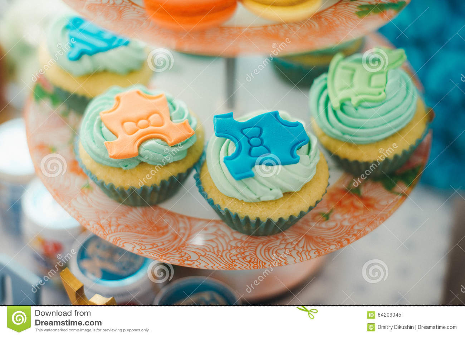 Detalles de una primera torta de cumpleaños del año en azul