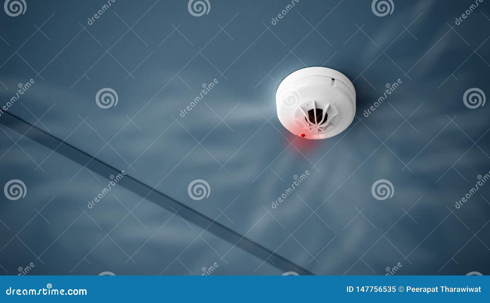 Detector de fumo ascendente próximo no teto do espaço de construção do controle e da cópia de sistema do alarme de incêndio
