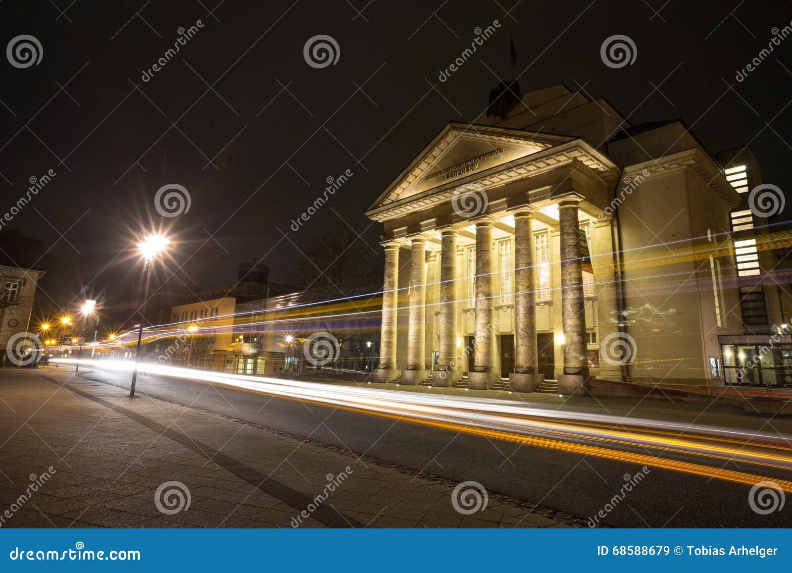 Detmold Германия театра в вечере с светофорами
