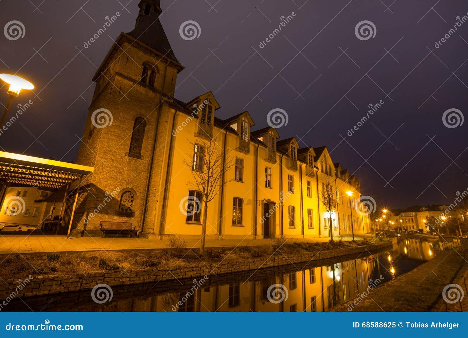 Detmold Alemanha da igreja do bonifatius do st na noite