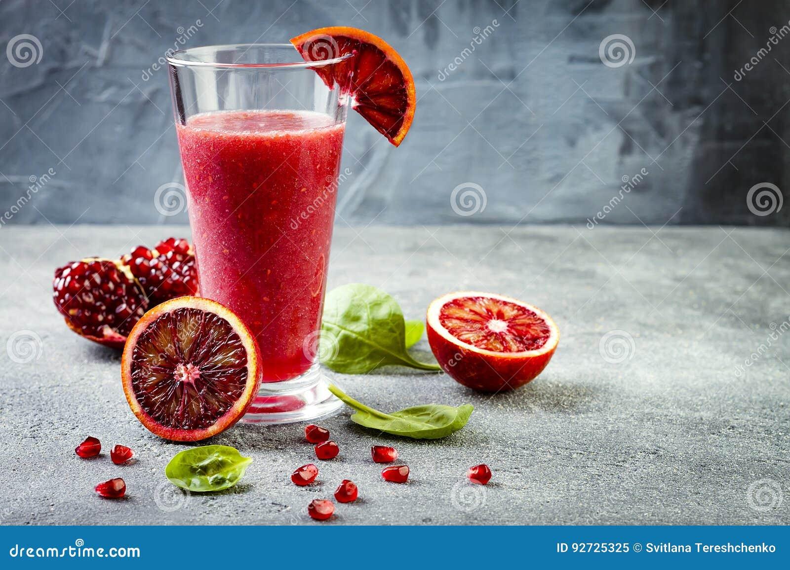 Detox frischer Saft oder Smoothie im Glas mit Blutorangen, Grüns, Granatapfel Selbst gemachtes Auffrischungsfruchtgetränk Kopiere