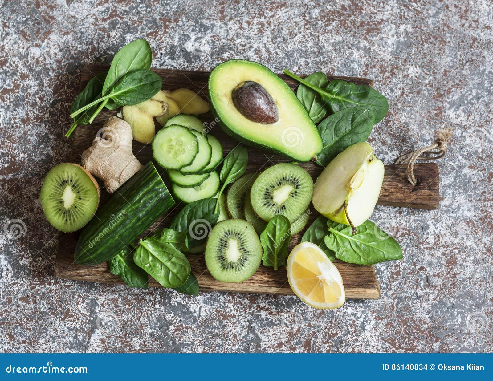 Detox groene groenten en vruchten op een houten raad Concept een gezond, dieetvoedsel