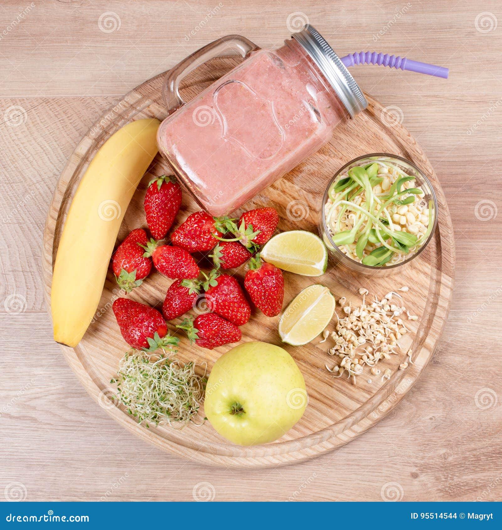 Detox reinigt drank, vruchten en bessen smoothie ingrediënten Natuurlijk, organisch gezond sap voor het dieet van het gewichtsver