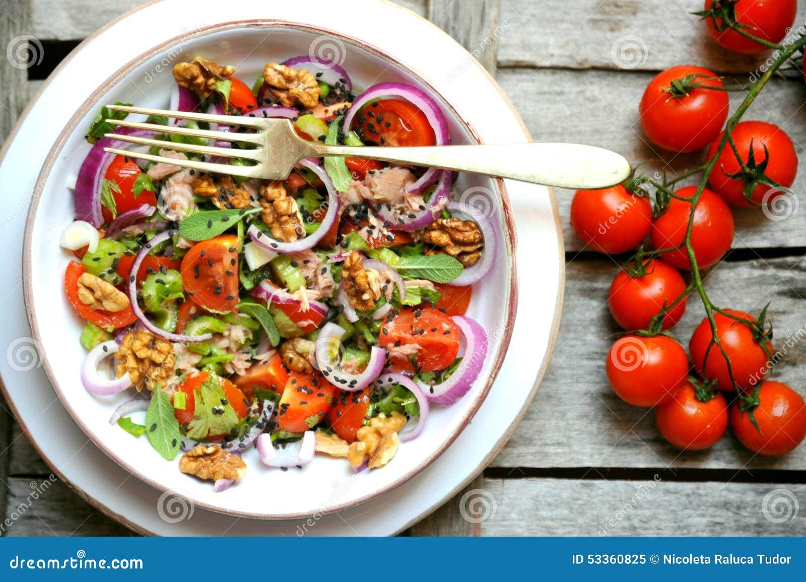 Detox, strikt vegetarian, rå sallad med tomater, lökar och valnötter