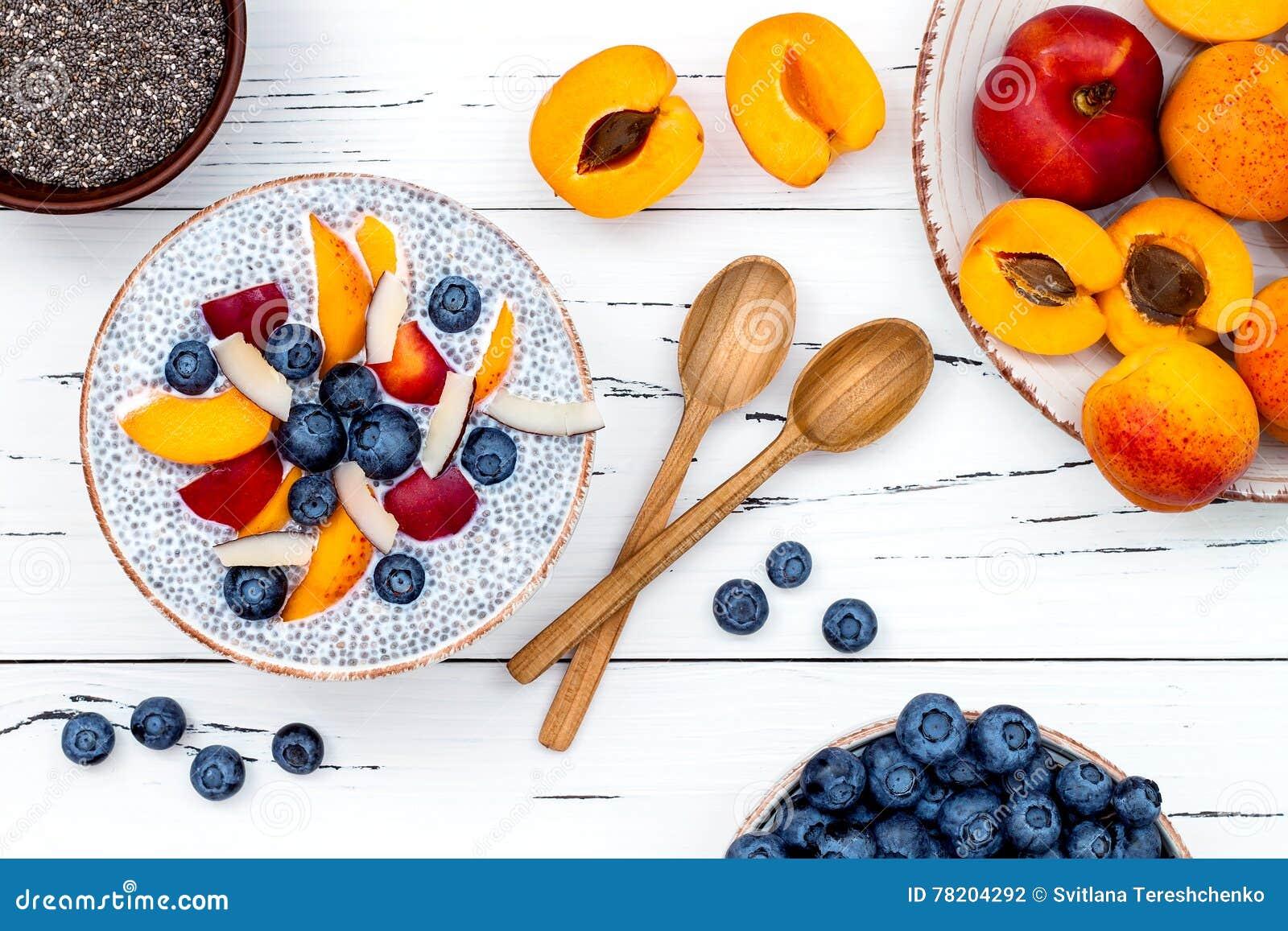 Detox y concepto sano del cuenco del desayuno de los superfoods El chia de la leche de coco del vegano siembra el pudín sobre la